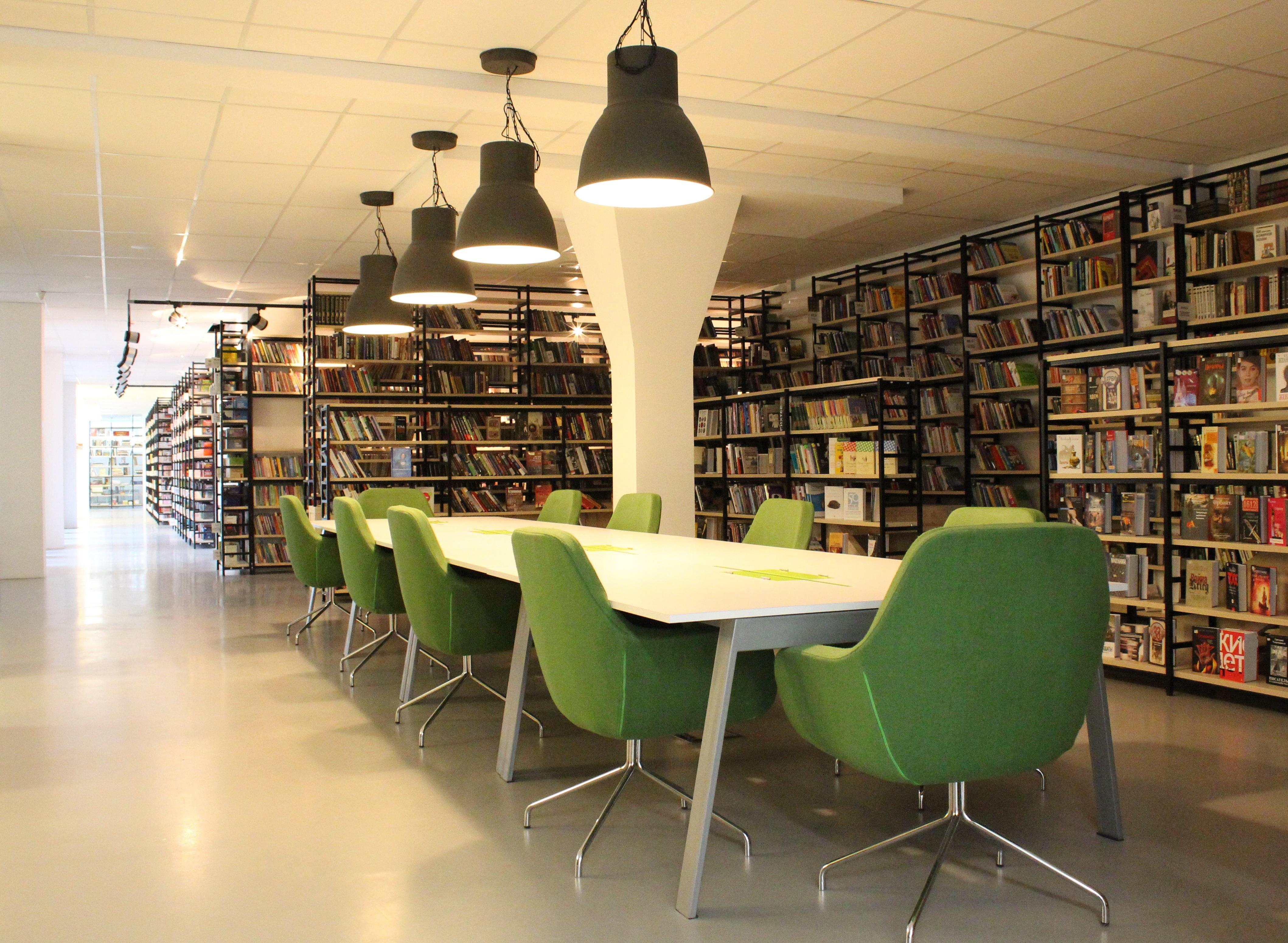 Fotos gratis mesa edificio leyendo sala espacio habitaci n pantalla de l mpara dise o - Lampara estanteria ...
