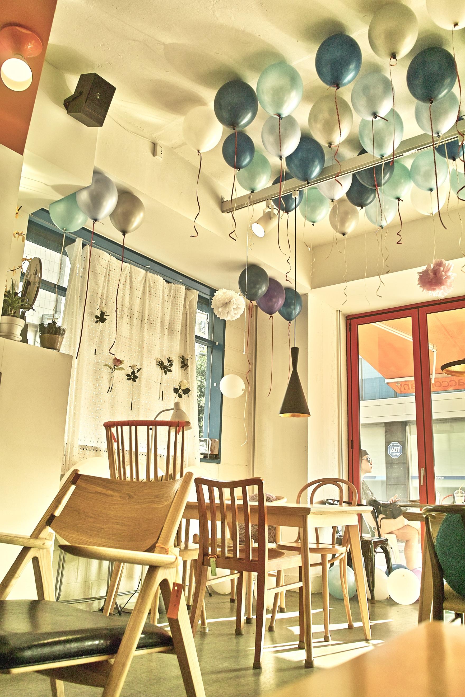 무료 이미지 : 표, 카페, 내부, 풍선, 레스토랑, 천장, 거실, 방 ...