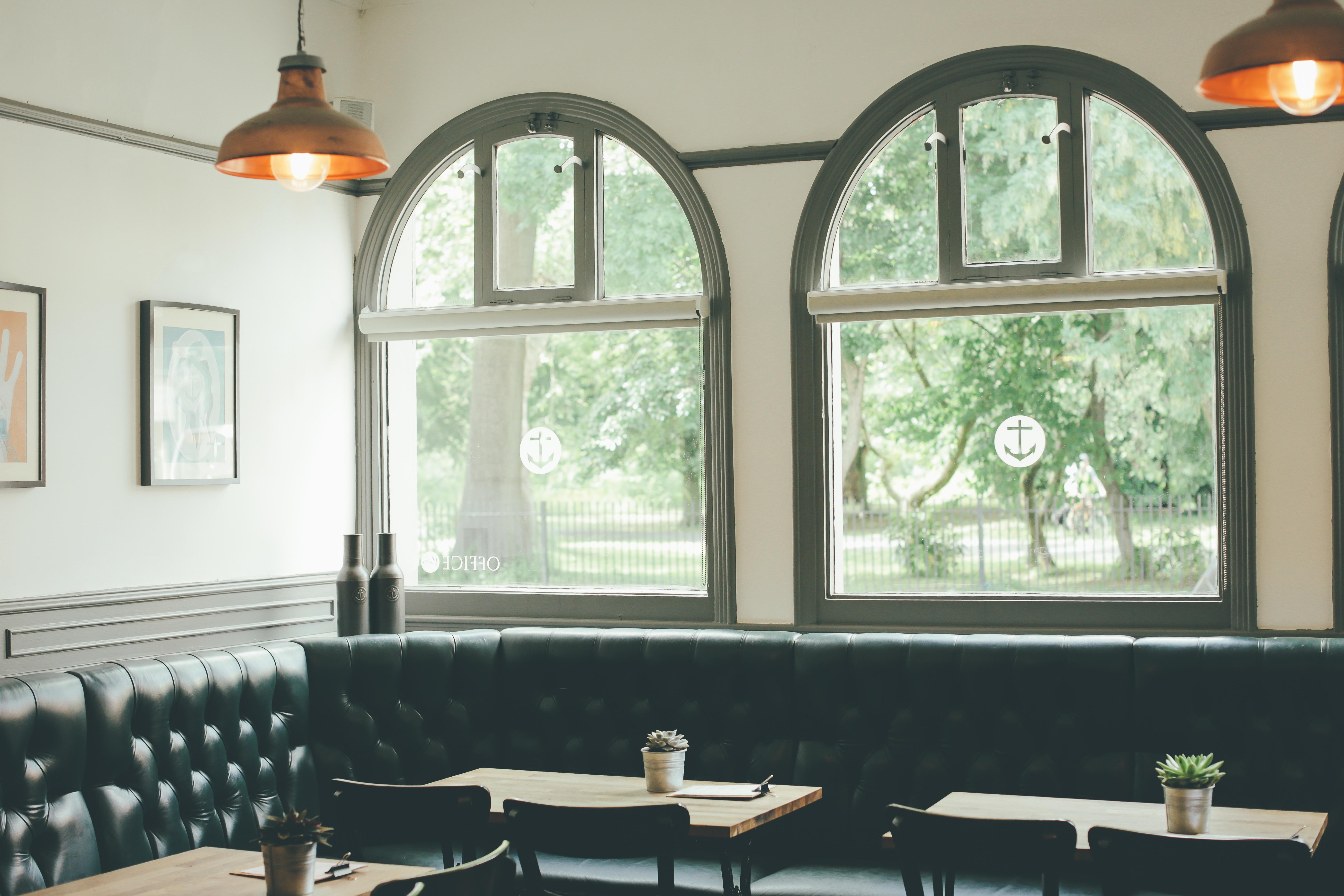 무료 이미지 : 표, 카페, 빛, 내부, 창문, 시골집, 재산, 거실, 가구 ...