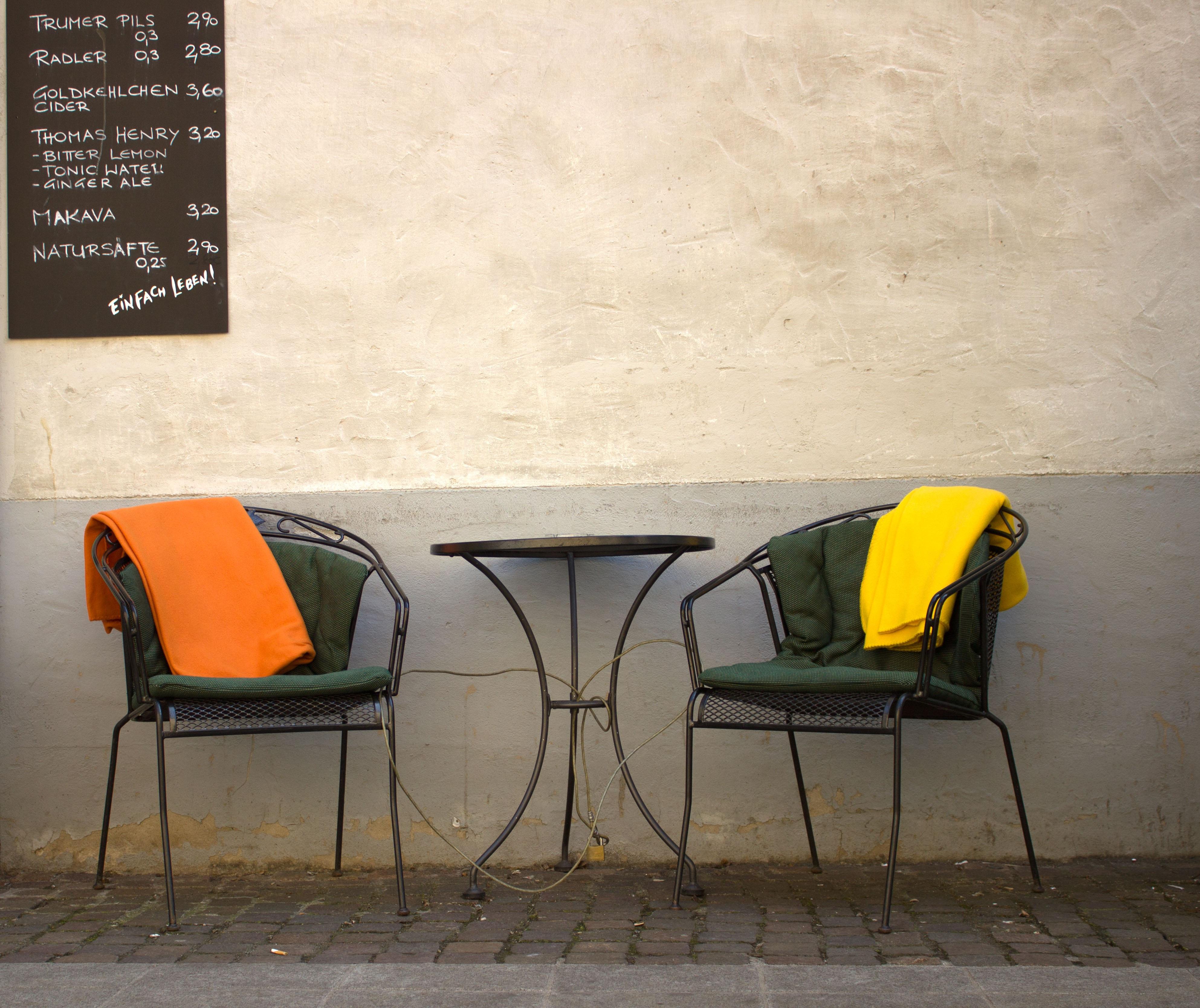 Gemütliche sessel design  Kostenlose foto : Tabelle, Sessel, Stock, Sitz, Stadt, Mauer, Platz ...