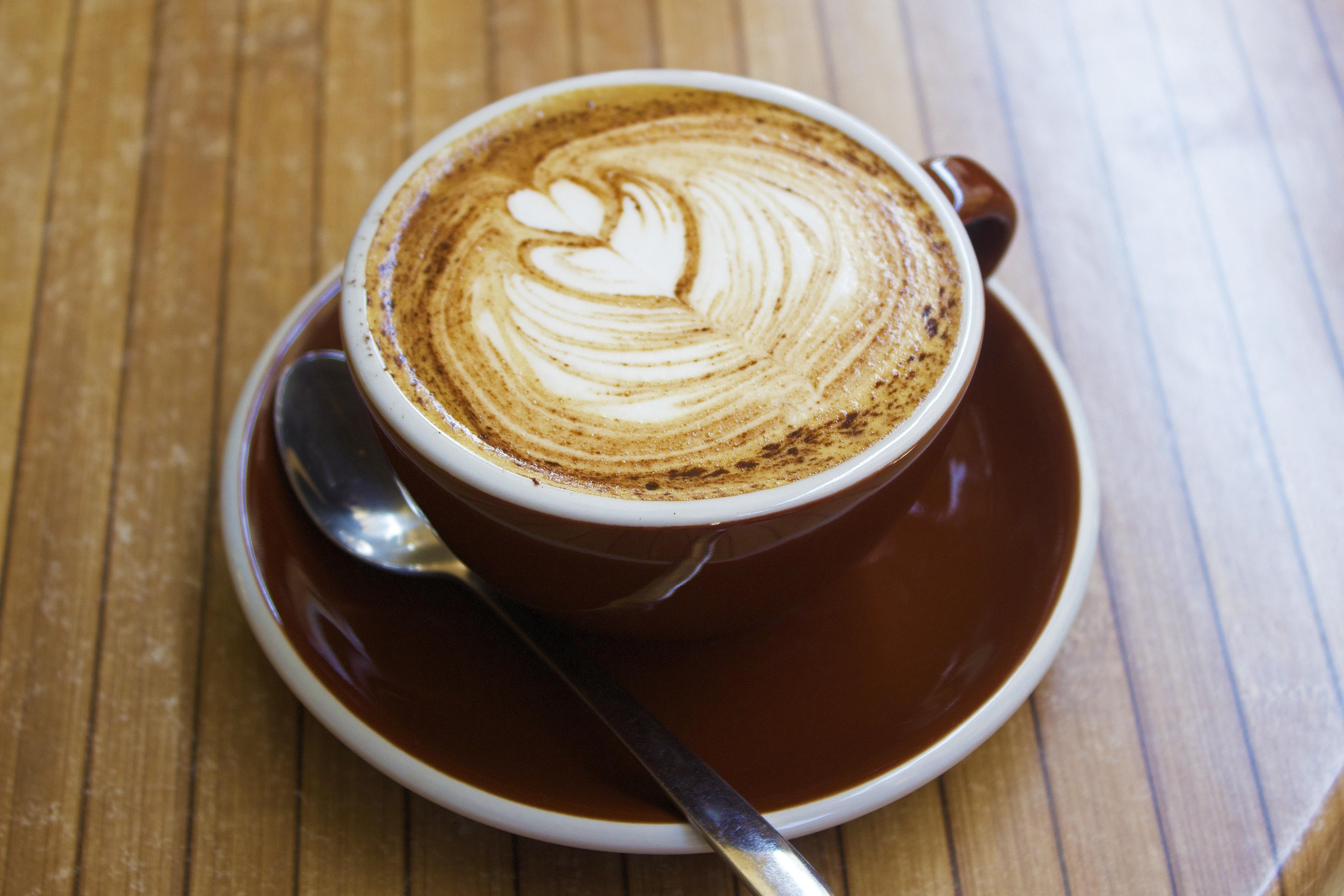 Kostenlose foto tabelle tasse latt cappuccino herz gericht lebensmittel braun getr nk - Bilder cappuccino ...