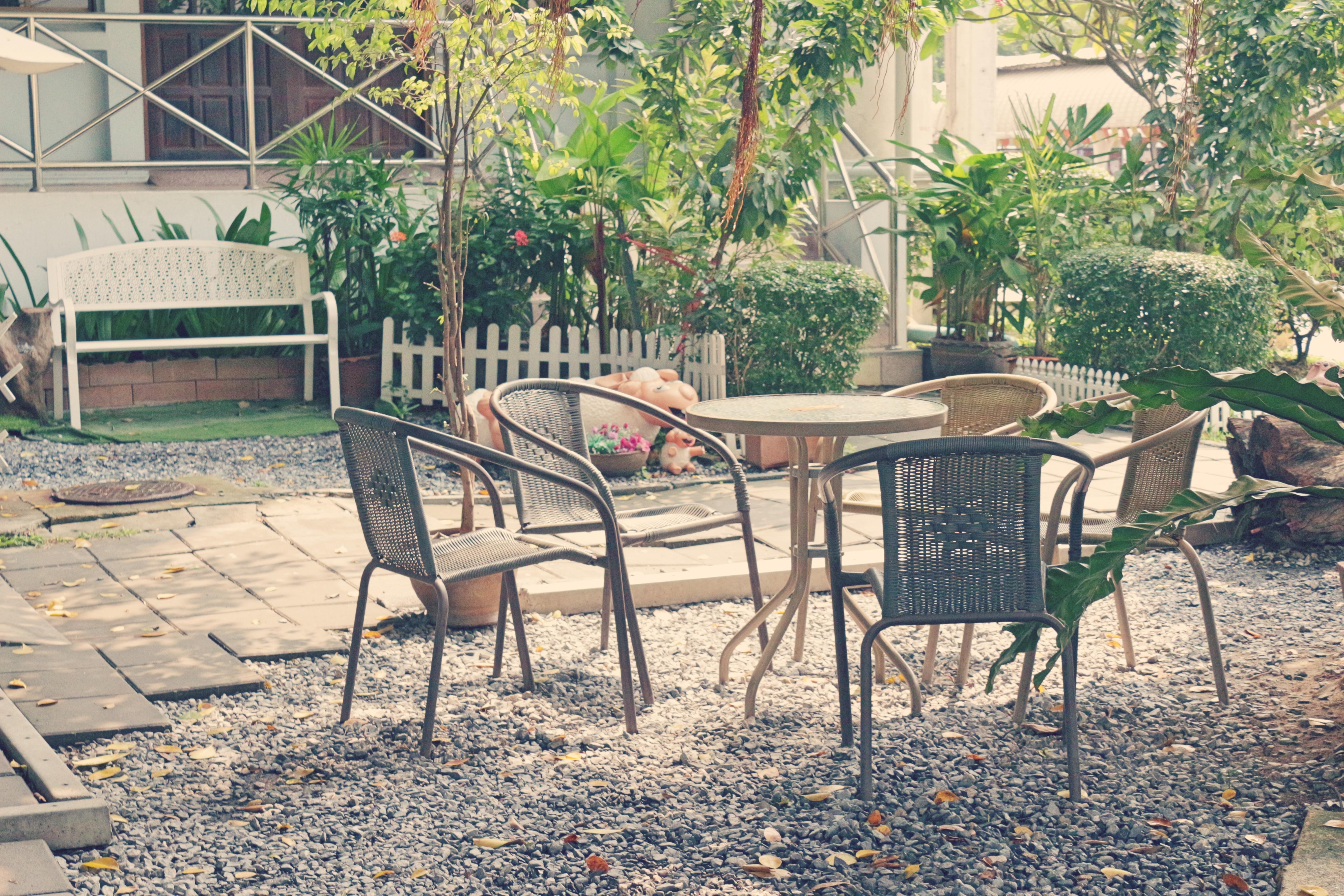 Fotos gratis : mesa, cabaña, patio interior, propiedad, mueble ...