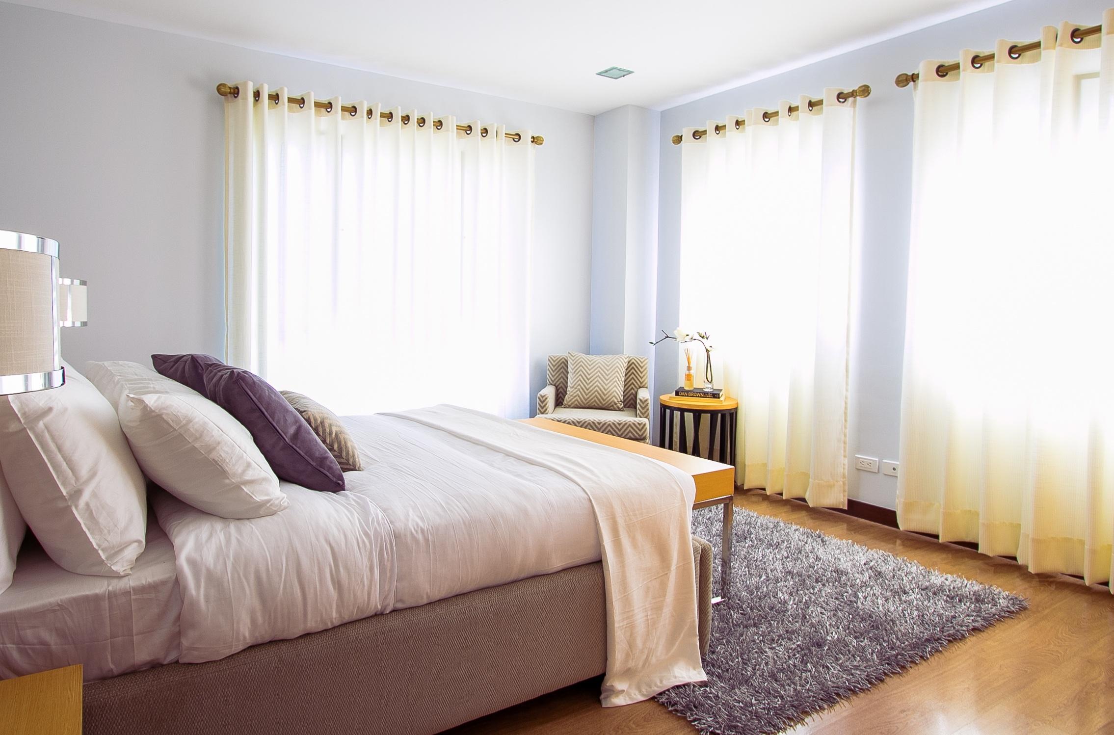 Gambar Meja Plafon Tirai Milik Ruang Keluarga Kamar Tidur