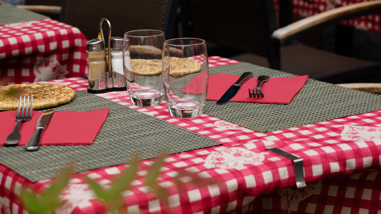 Fotos gratis : mesa, tenedor, cuchillería, acera, vaso, comida ...
