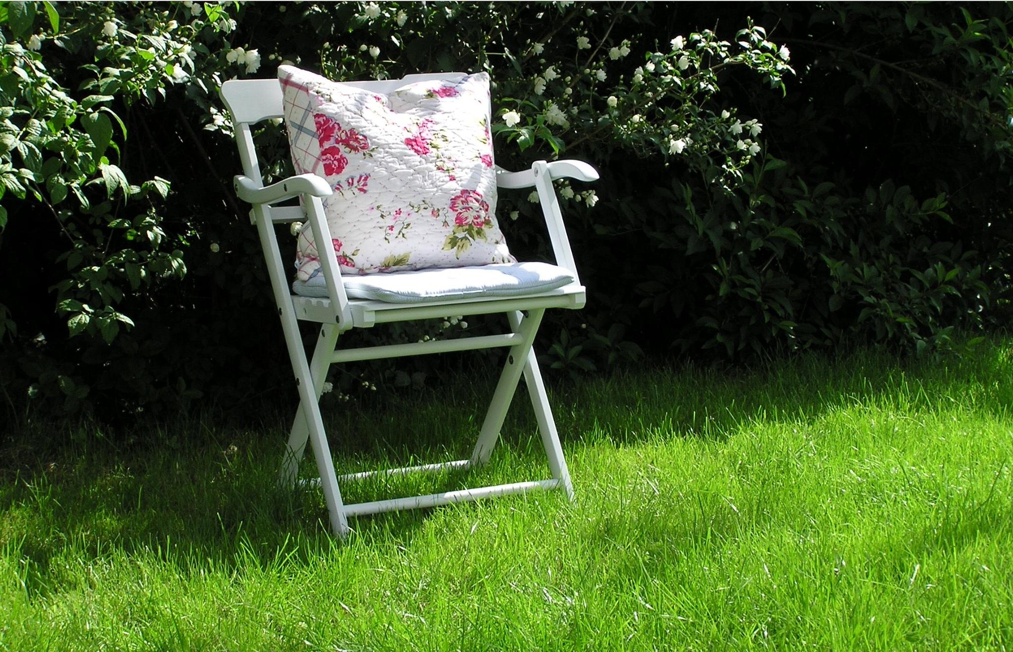 Fotos gratis : mesa, césped, flor, verde, sentado, patio interior ...