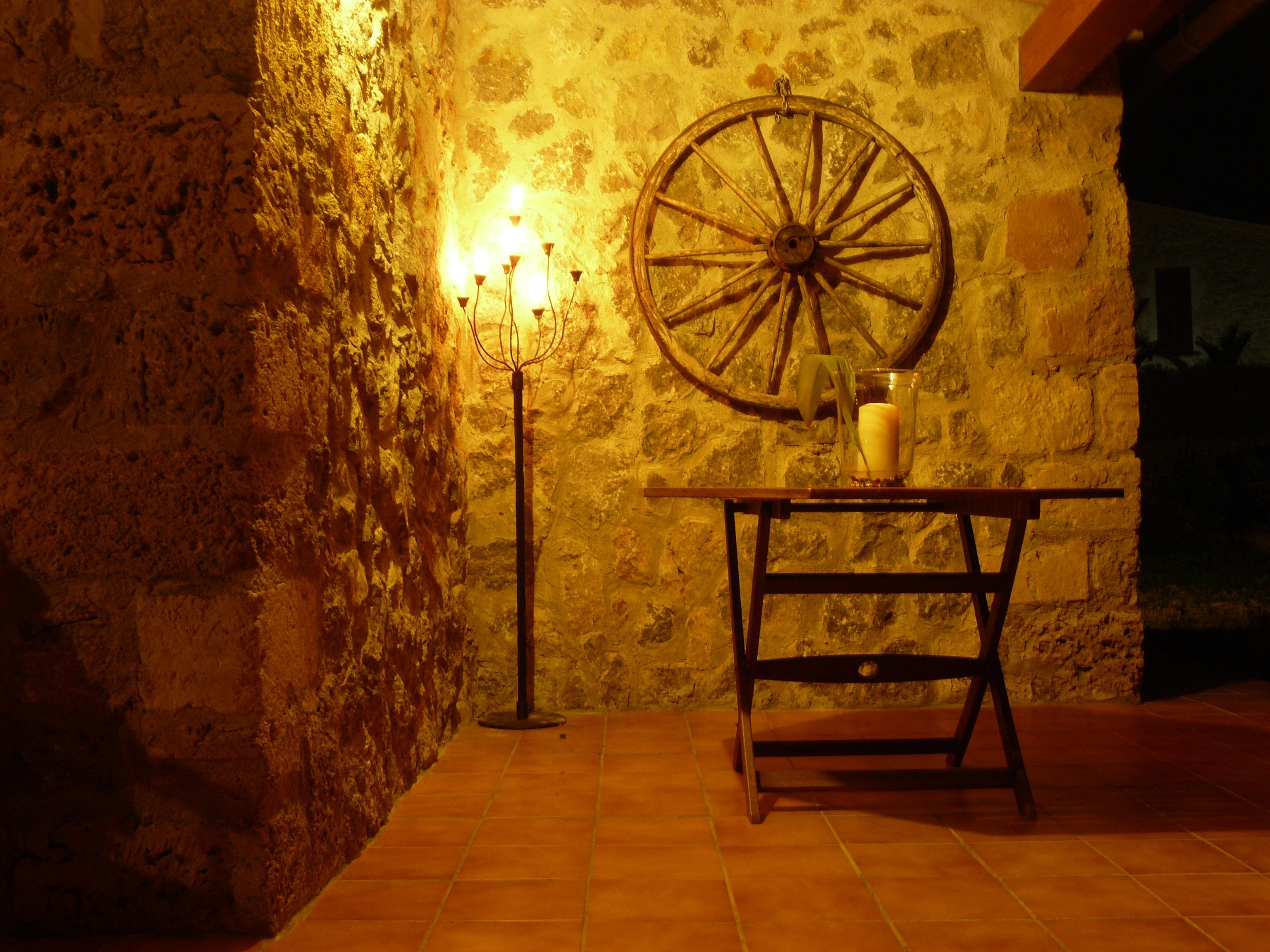 images gratuites table lumi re architecture bois nuit roue b timent atmosph re maison. Black Bedroom Furniture Sets. Home Design Ideas