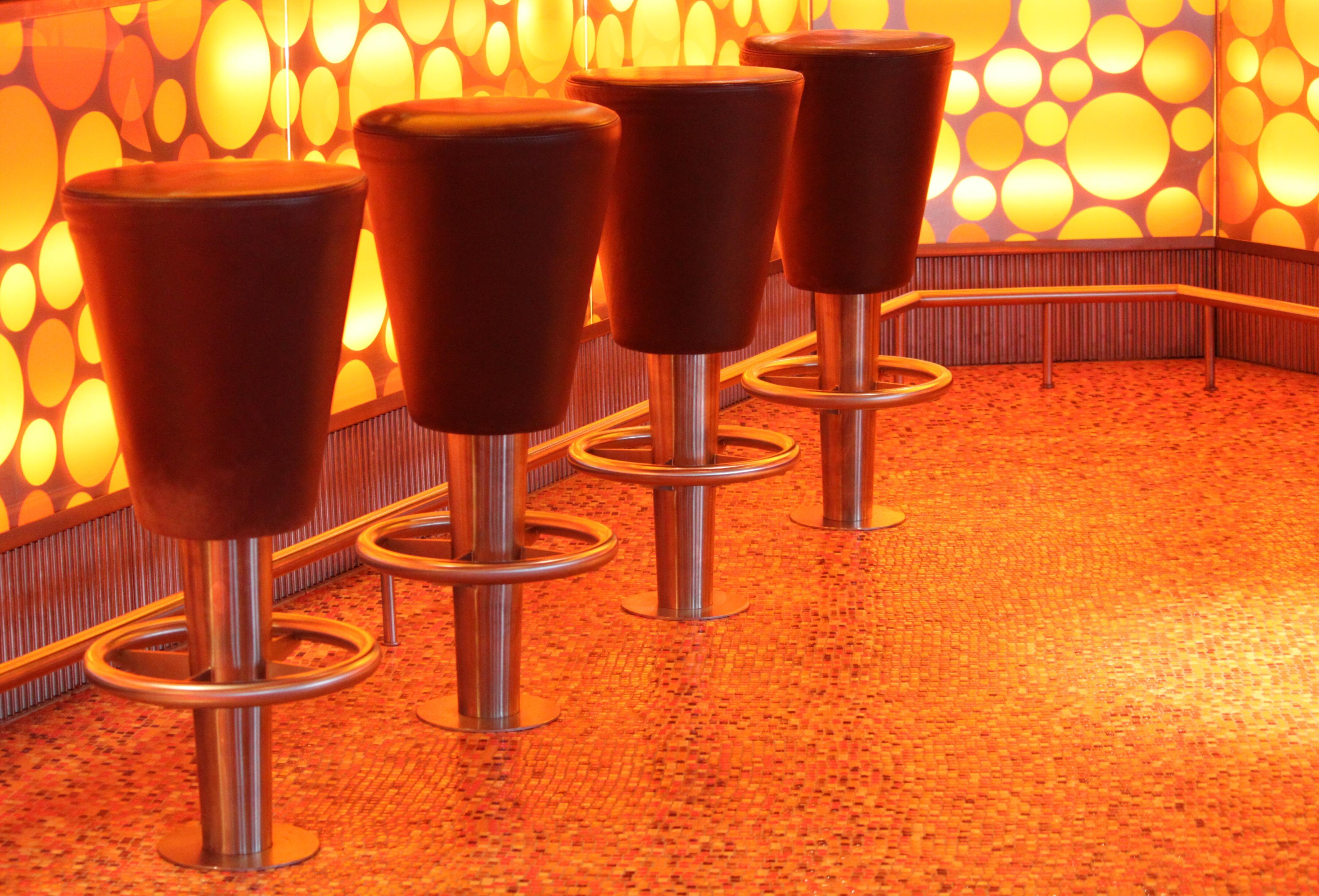 Fotos gratis : mesa, ligero, cuero, suelo, silla, piso, asiento ...