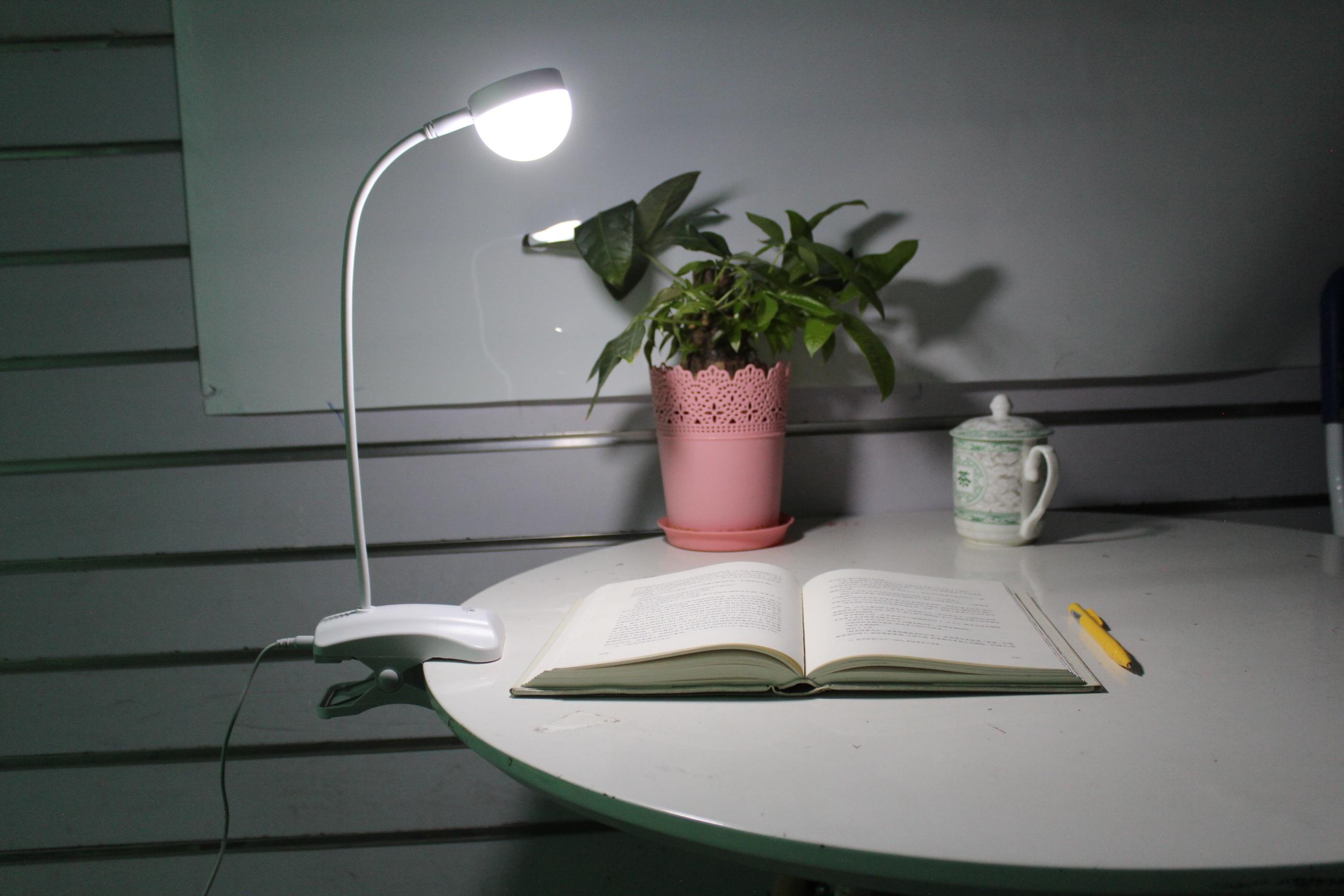 Free fotobanka : stůl, bílý, sklenka, stěna, rákos, strop, zelená, svítilna, nábytek, osvětlení, Vzhled interiéru, design, svítidlo, učení se, stolní lampa, tvar, studie, noční světlo, Otevři knihu, pozdě v noci, Žaluzie okna