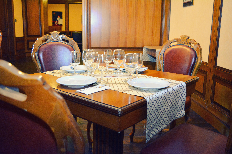 Gambar Meja Vintage Restoran Tua Rumah Makan Pondok