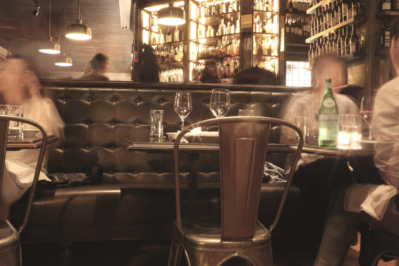 Fotos gratis : mesa, agua, gente, cuero, Retro, asiento, vaso ...