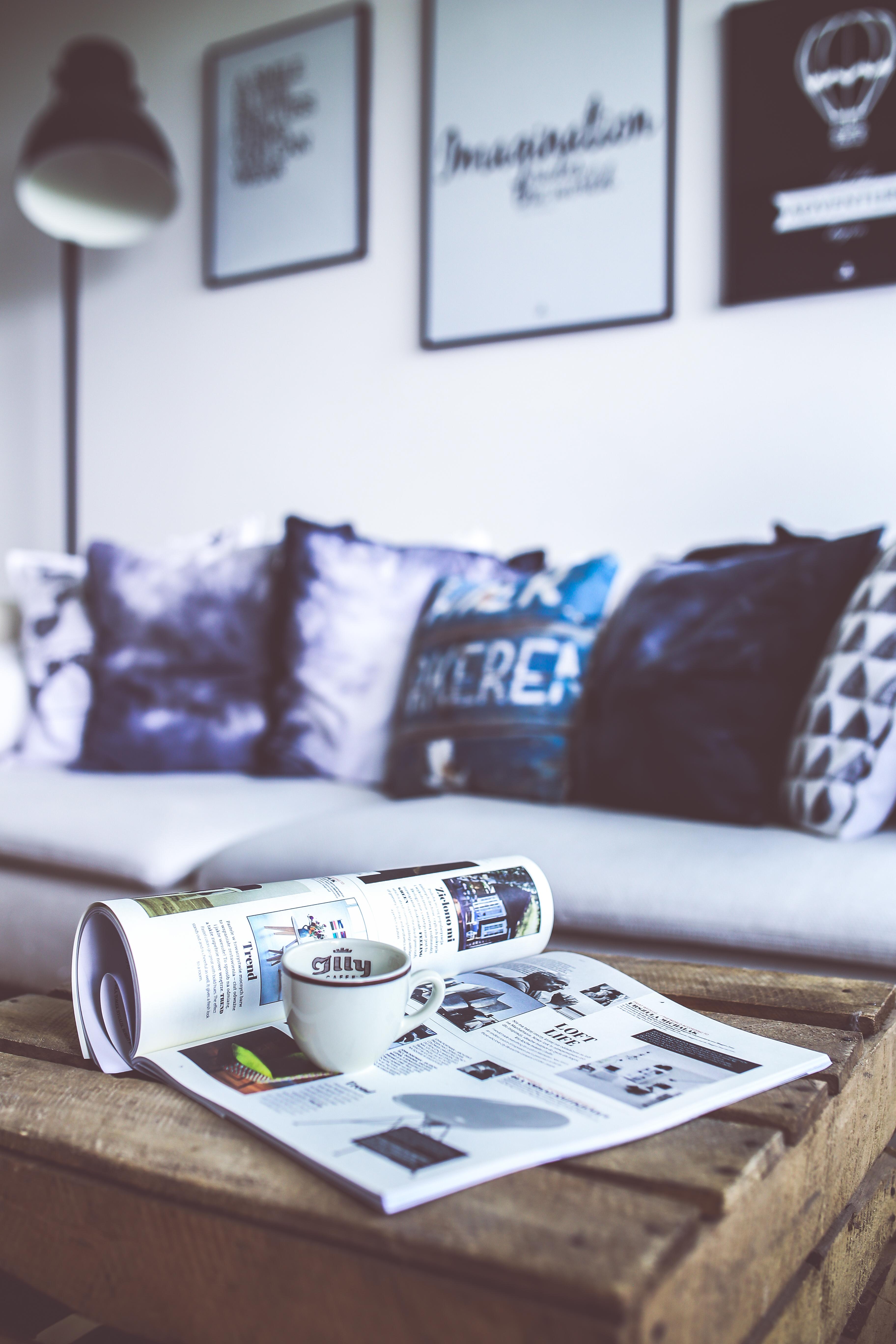 Kostenlose foto : Tabelle, Weiß, Zuhause, Lesen, Zeitschrift, blau ...