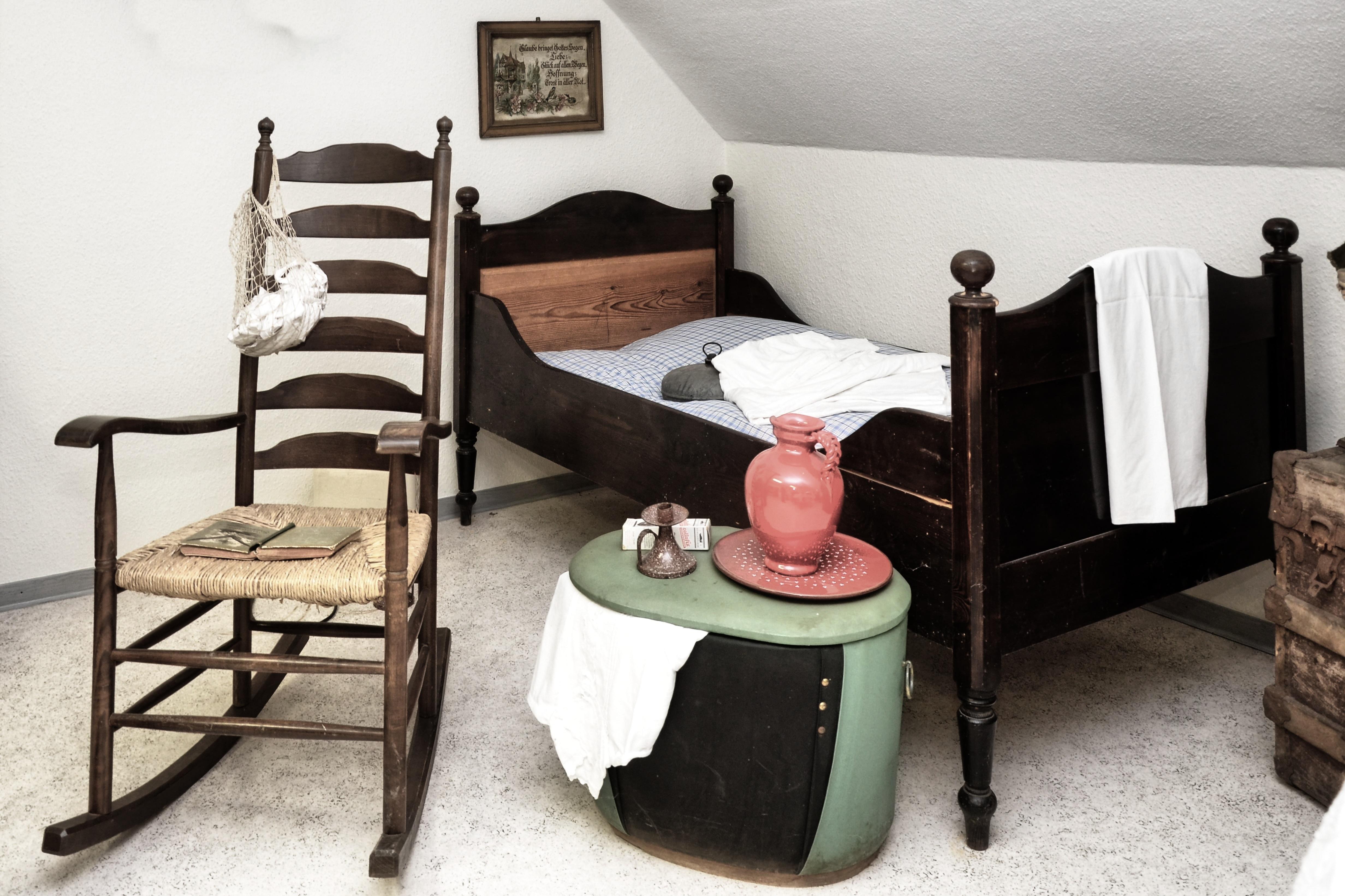 Fotos gratis : mesa, madera, silla, piso, antiguo, casa, nostalgia ...