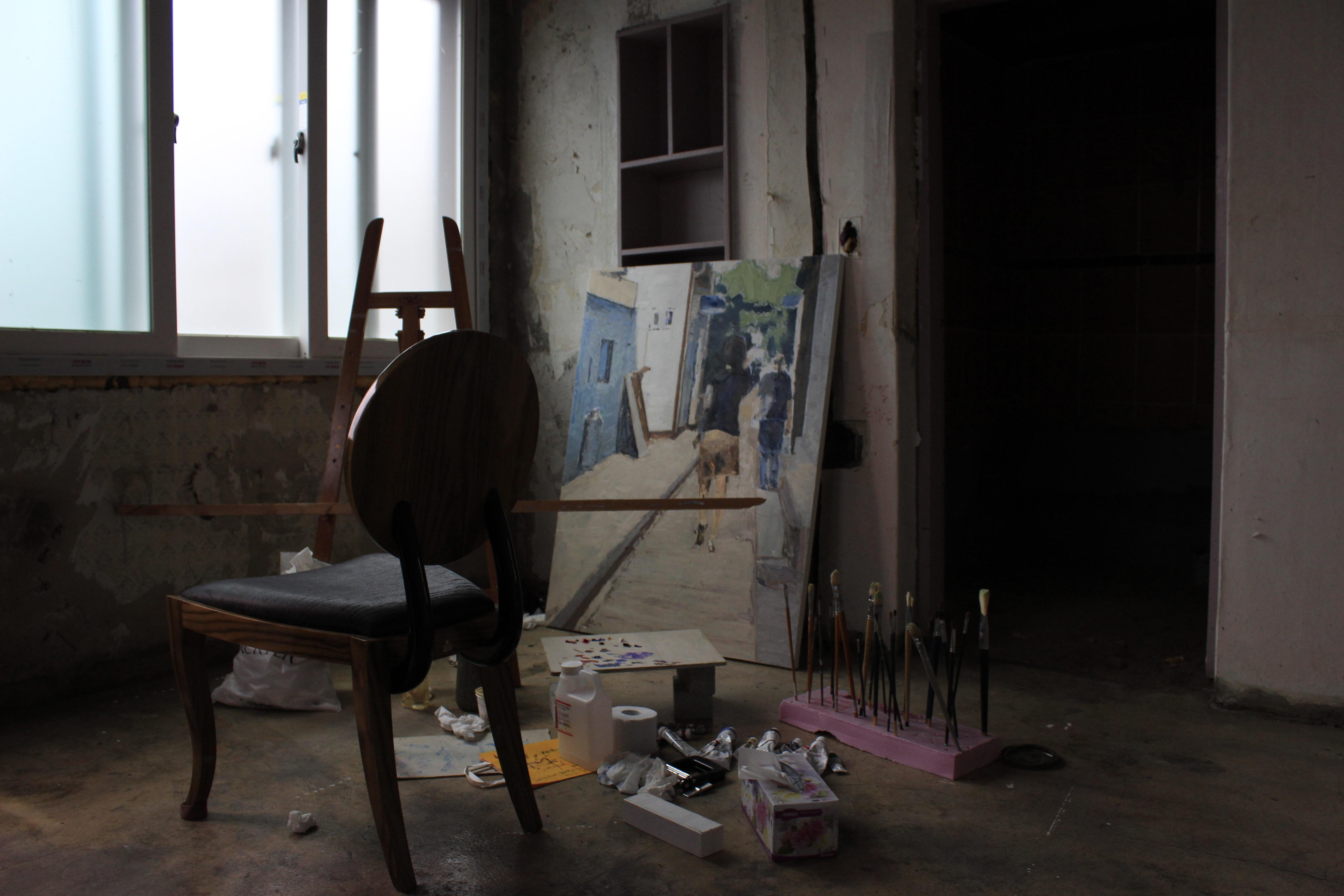 Fotos gratis mesa madera casa silla piso estudio for Studio design sillas