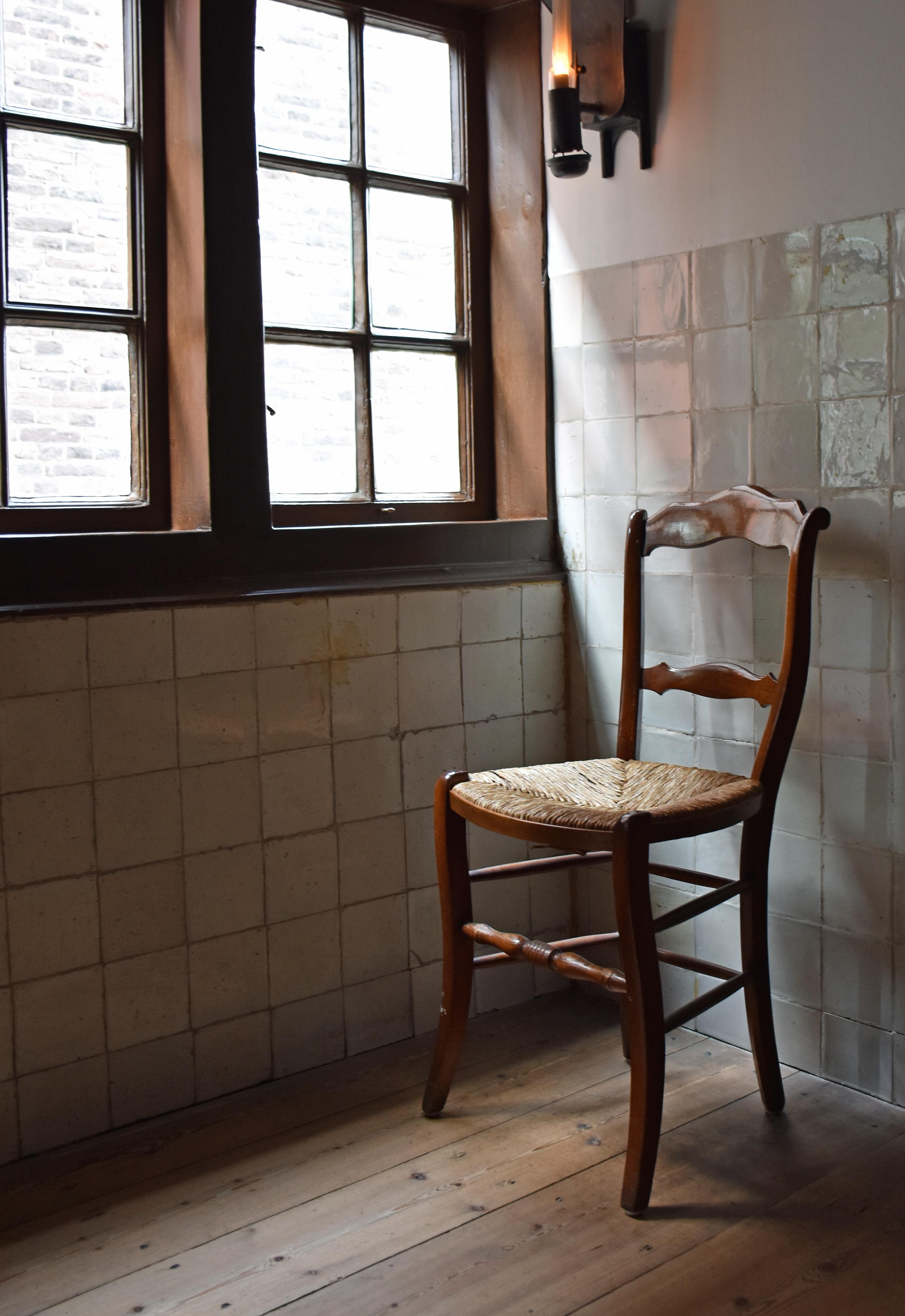Gratis Afbeeldingen : tafel, hout, huis, stoel, verdieping, venster ...