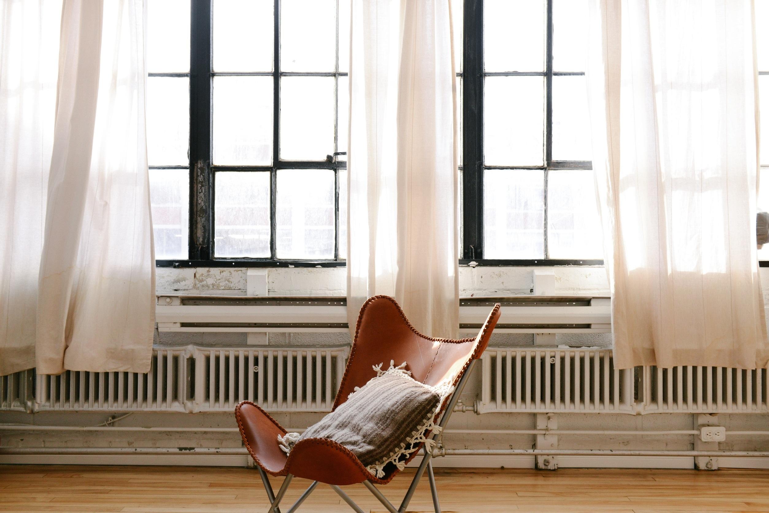 fb23685de27a stôl drevo dom stoličky podlaha okno Domov chata vlastnosť obývačka nábytok  izbu vankúš byt interiérový dizajn