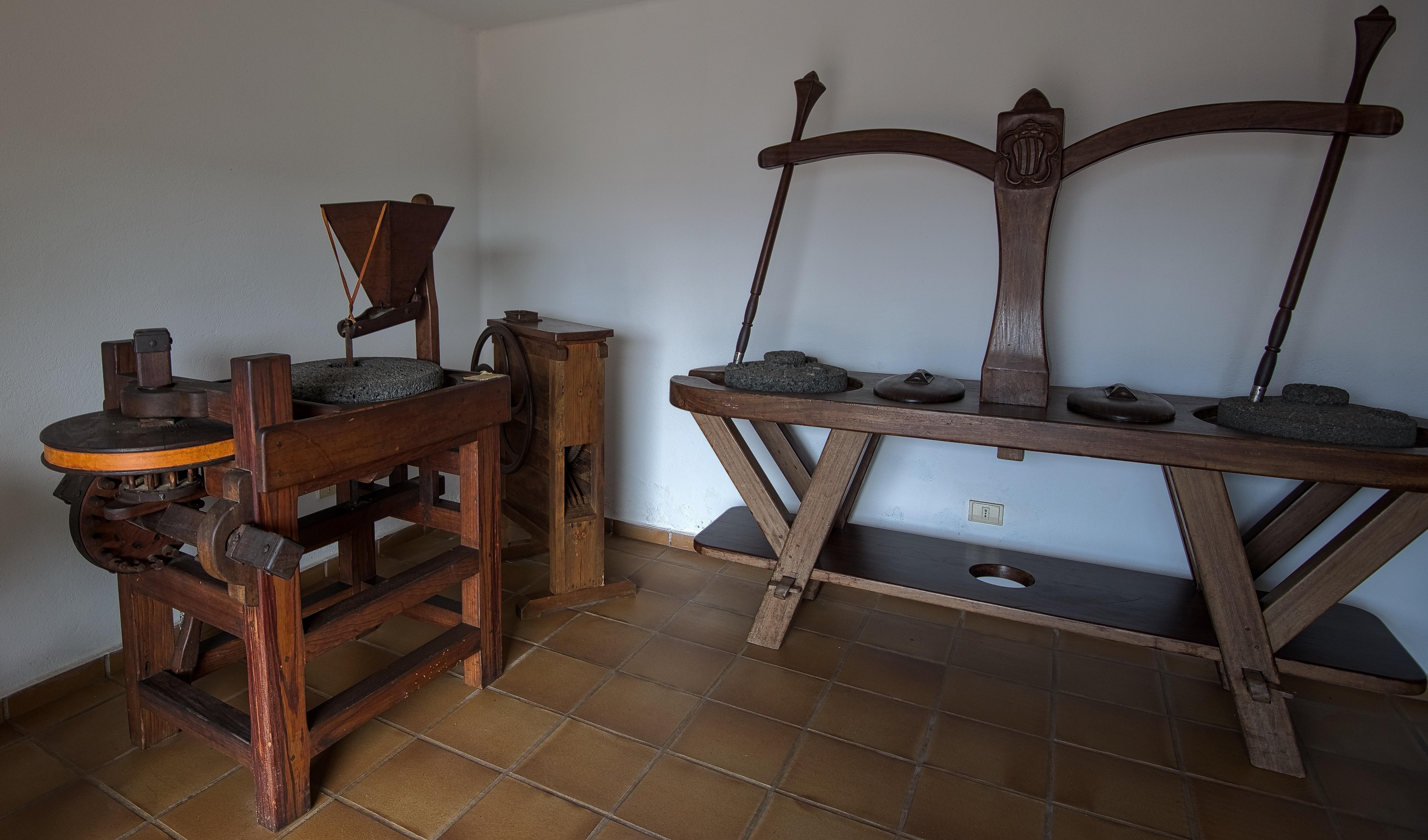 Gambar Meja Kayu Rumah Lantai Pondok Kuno Milik Ruang