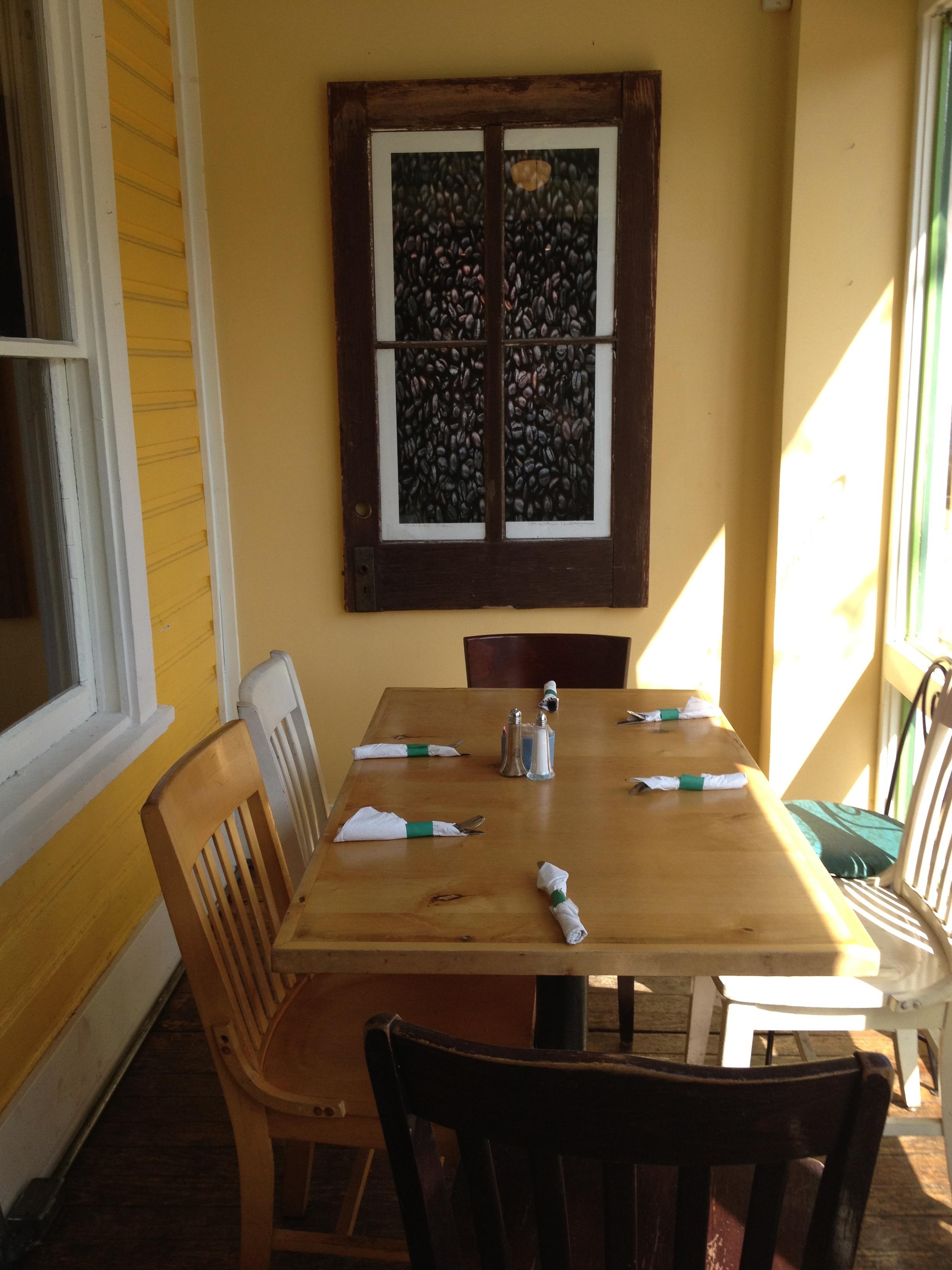 Bildet : bord, tre, hus, gulv, hjem, tak, hytte, eiendom, stue, m?bler, rom, leilighet ...