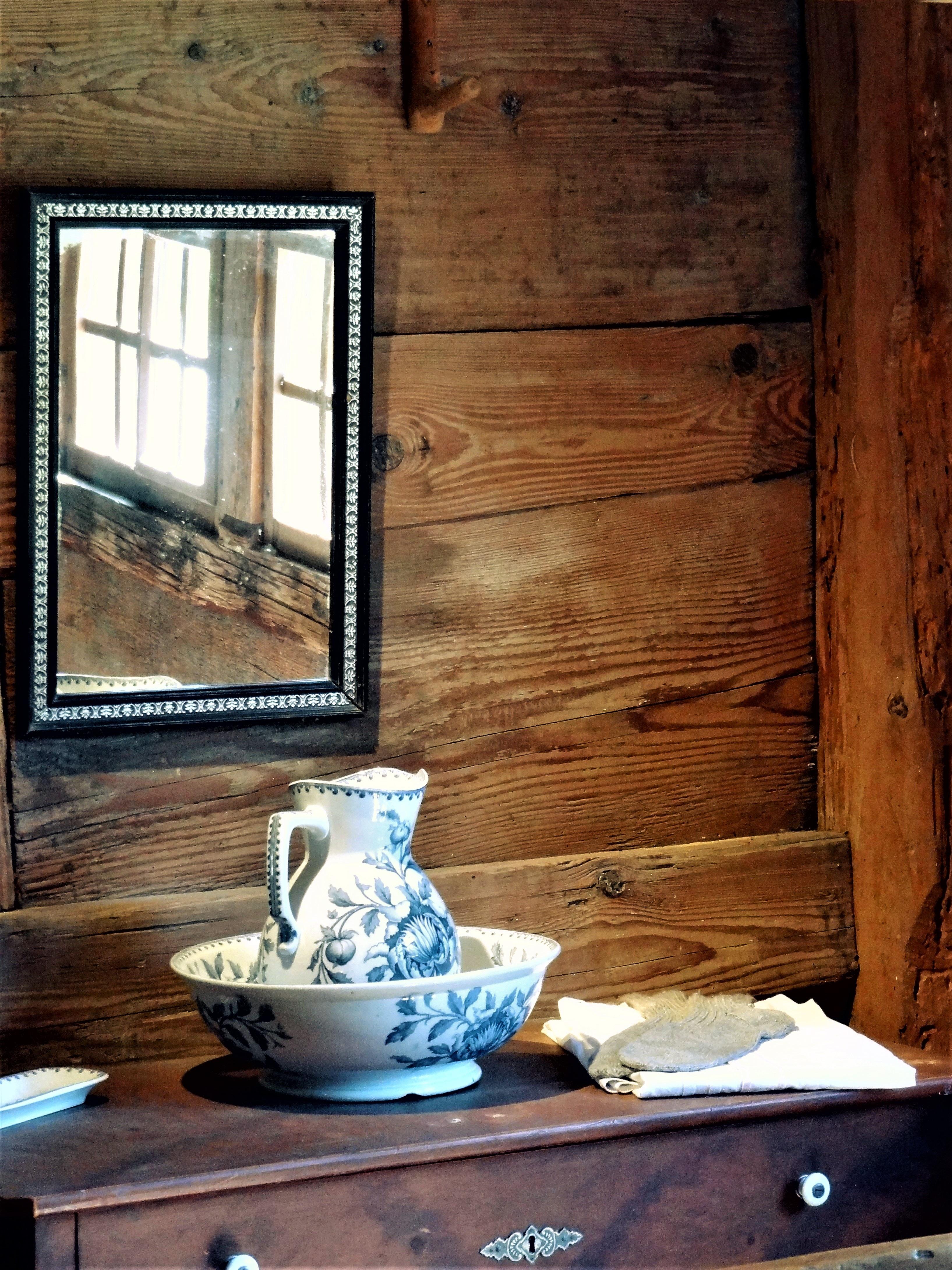 Gratis Afbeeldingen : tafel, hout, huis, verdieping, venster, oud ...