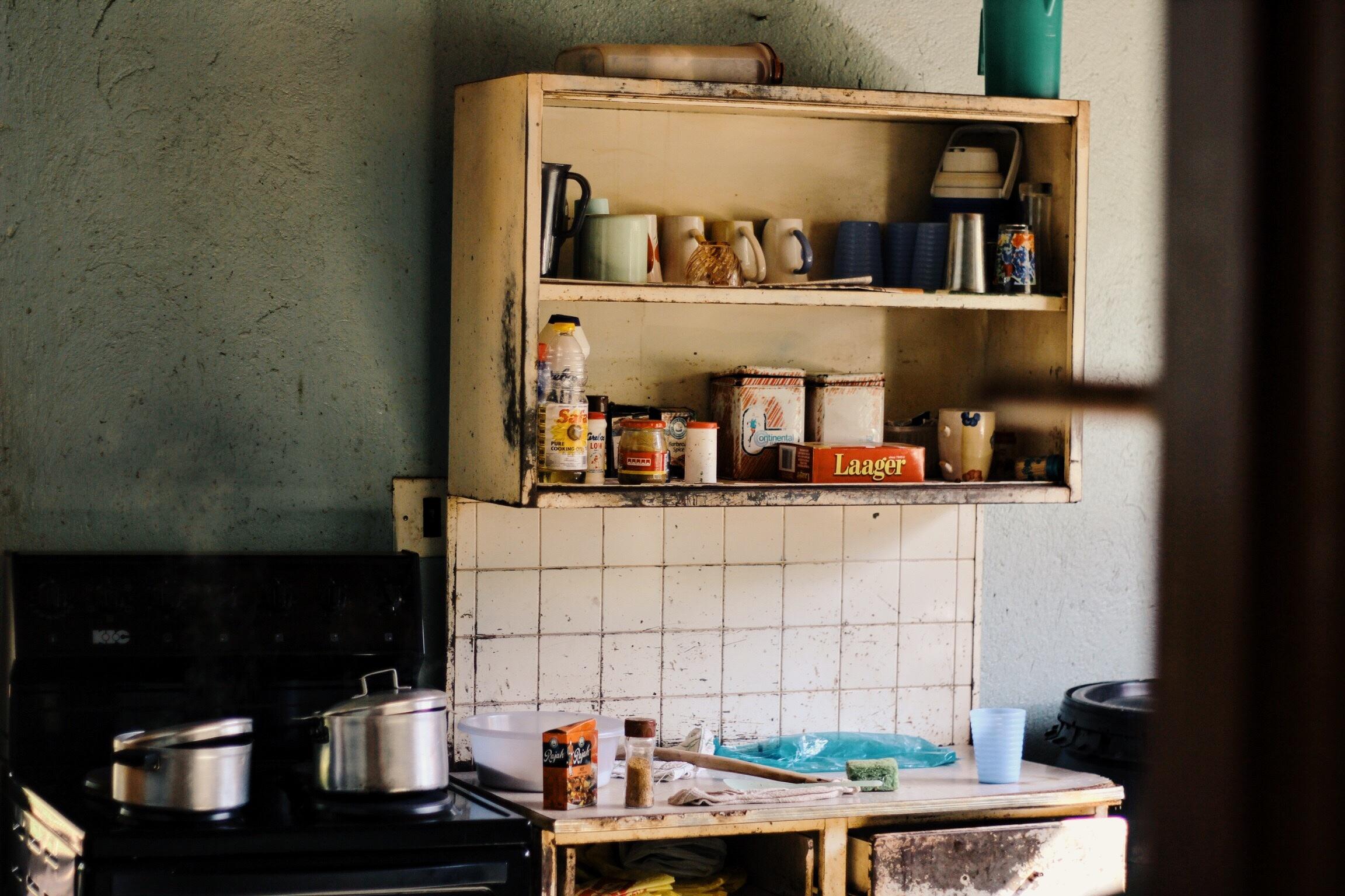 Fotos gratis : mesa, madera, casa, cabaña, cocina, estante, sala ...