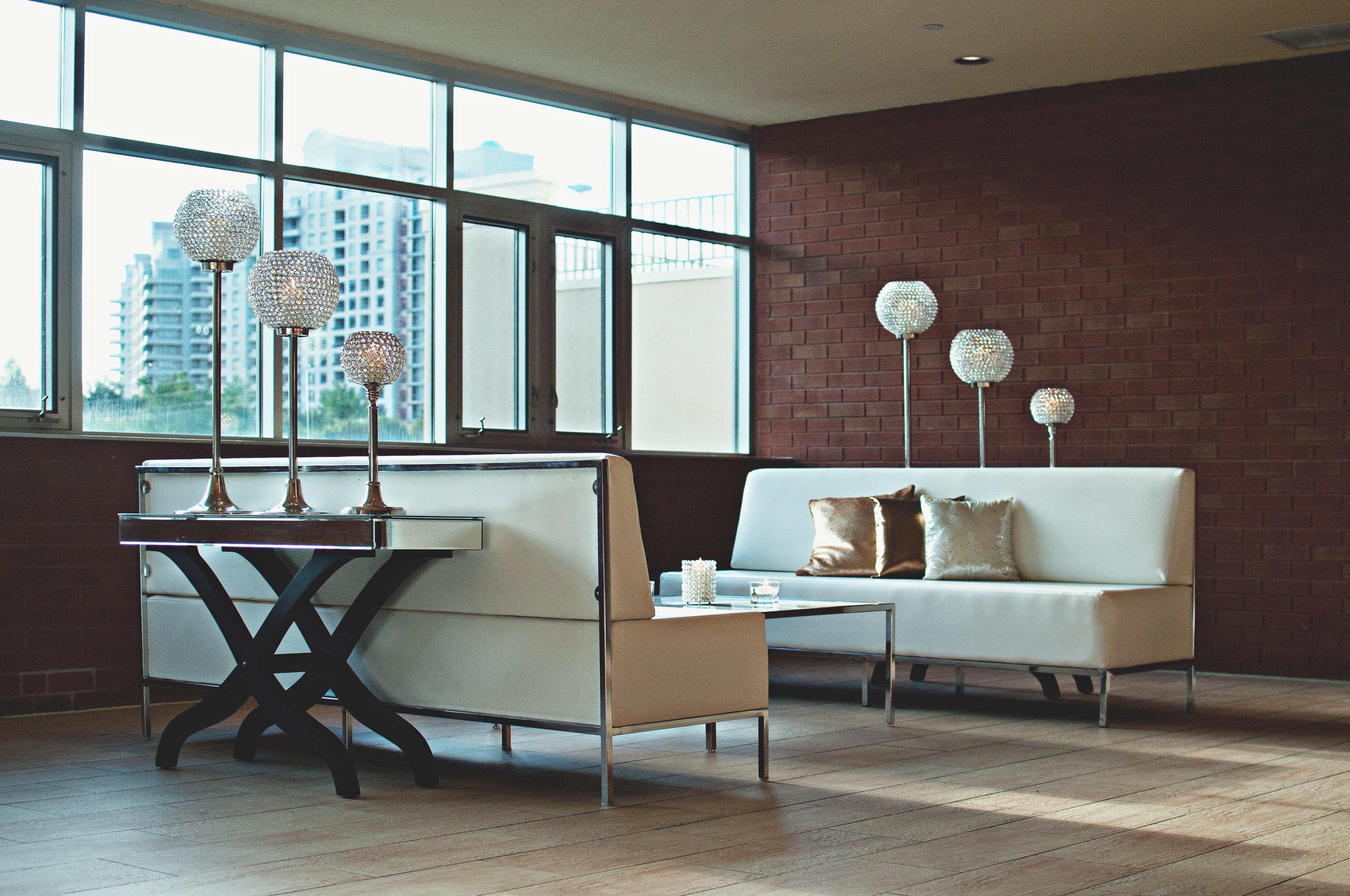 sala mueble habitacin sof apartamento moderno pared de ladrillo diseo de interiores adentro lujo espejo lmparas comedor