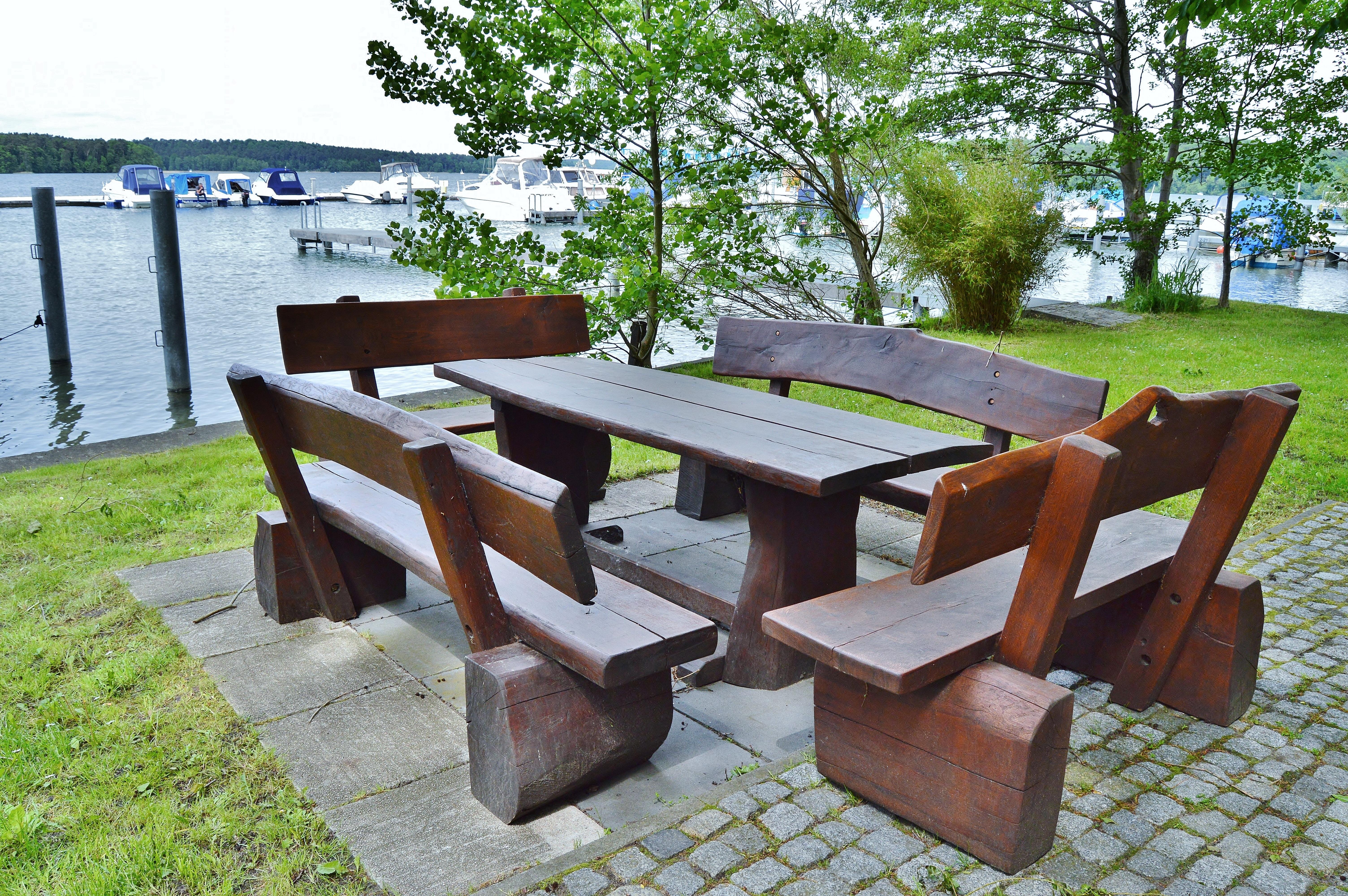 Fotos gratis : mesa, madera, villa, rústico, cabaña, patio interior ...