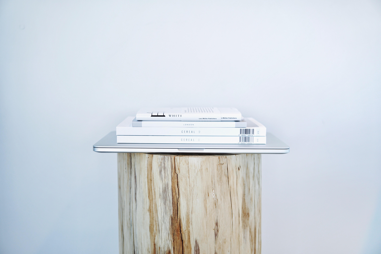 Gratis Afbeeldingen : tafel, hout, wit, stapel, logboek, tijdschrift ...