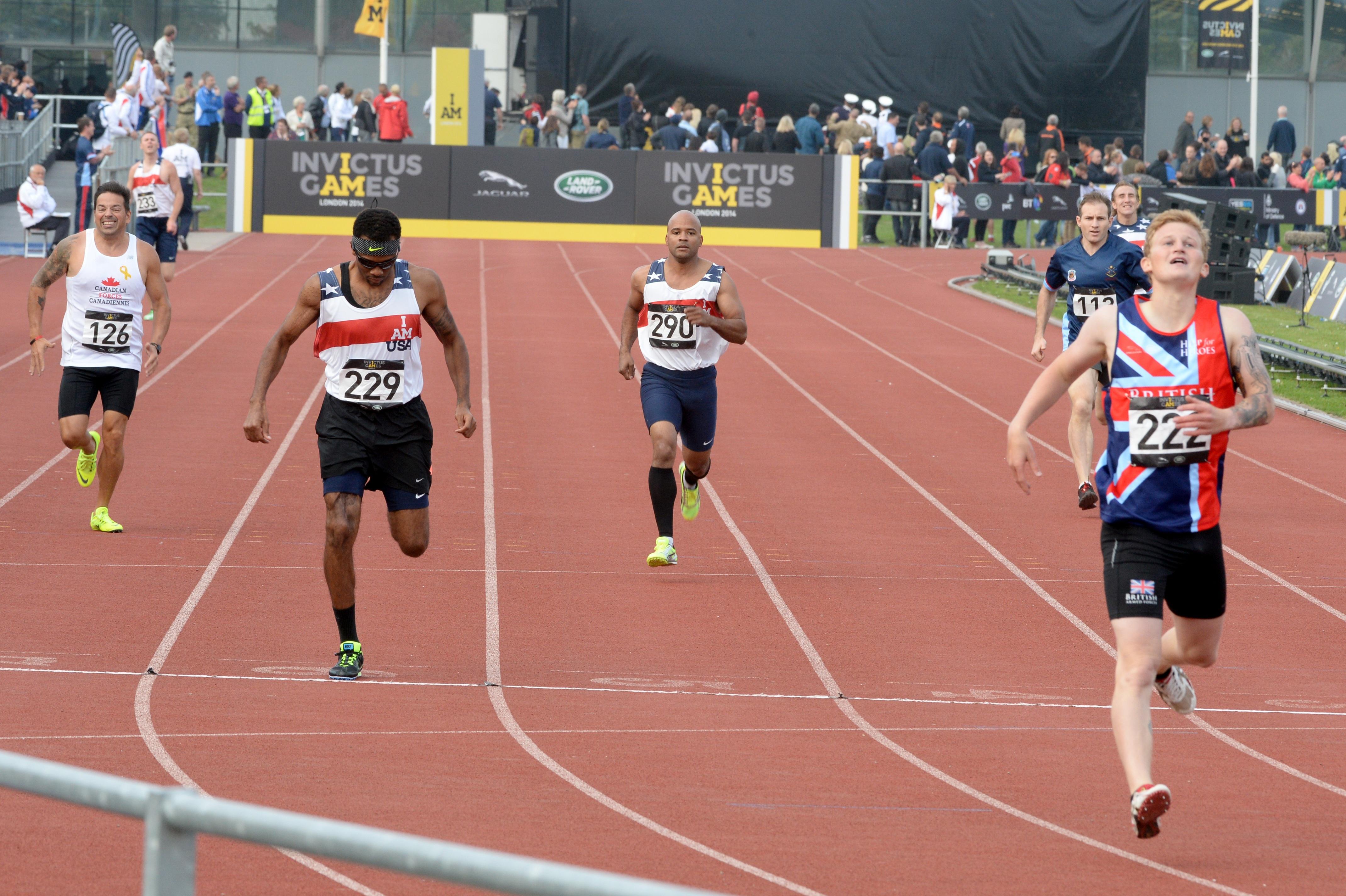 817327ebc5 Fotos gratis : pista, corriendo, masculino, competencia, fuera de, hombres,  Adultos, Deportes, Carriles, carreras, Corredores, resistencia, rápido,  Atletas, ...