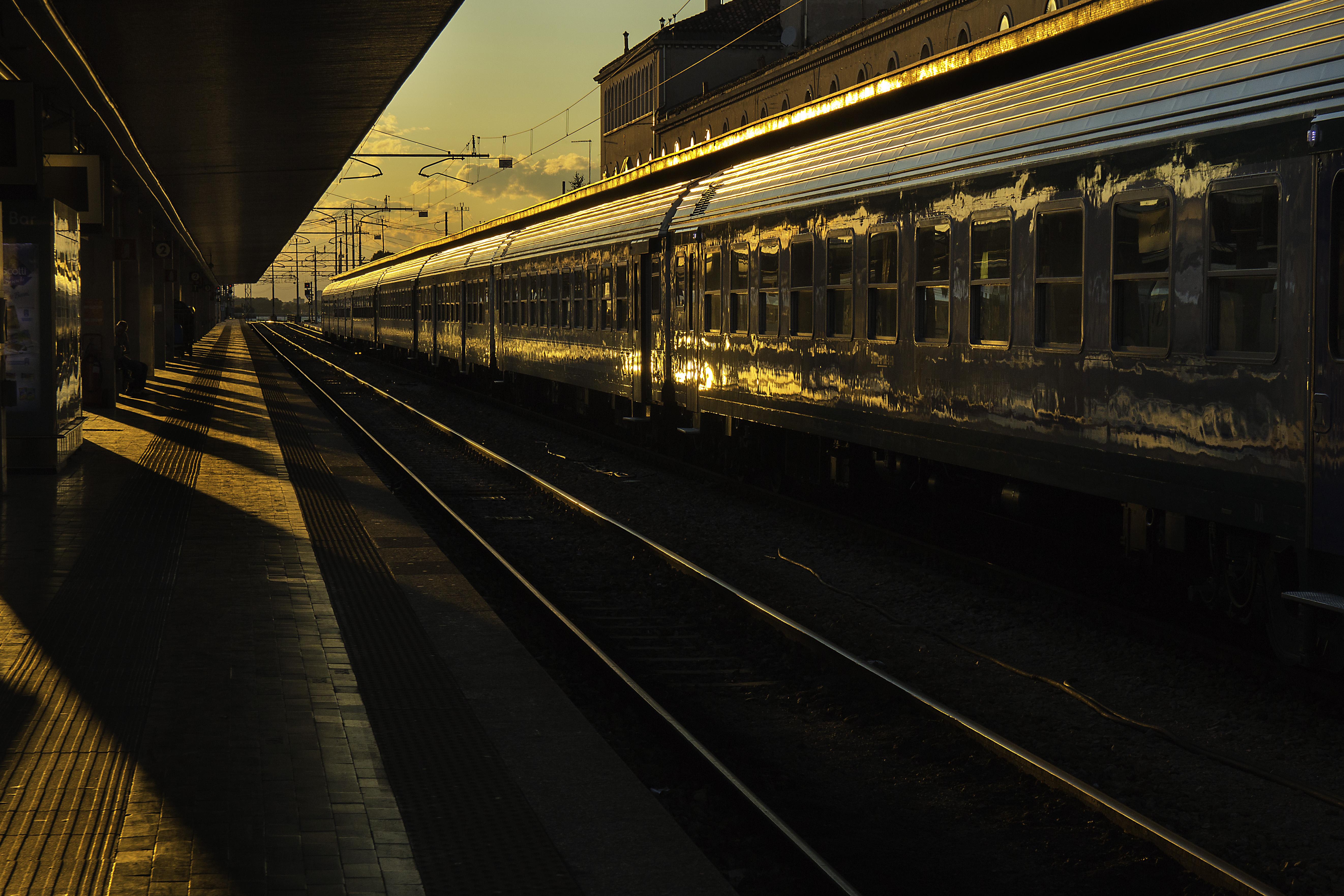 Images Gratuites : Piste, le coucher du soleil, nuit, rail, train ...