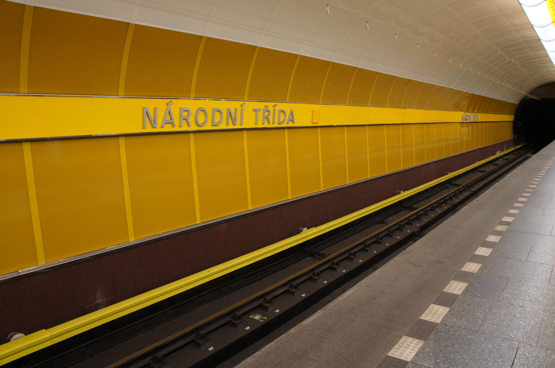 окрас фона желтое метро картинка сочетание дизайна камина