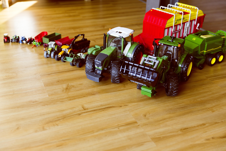Kostenlose foto traktor spielen junge spielzeug