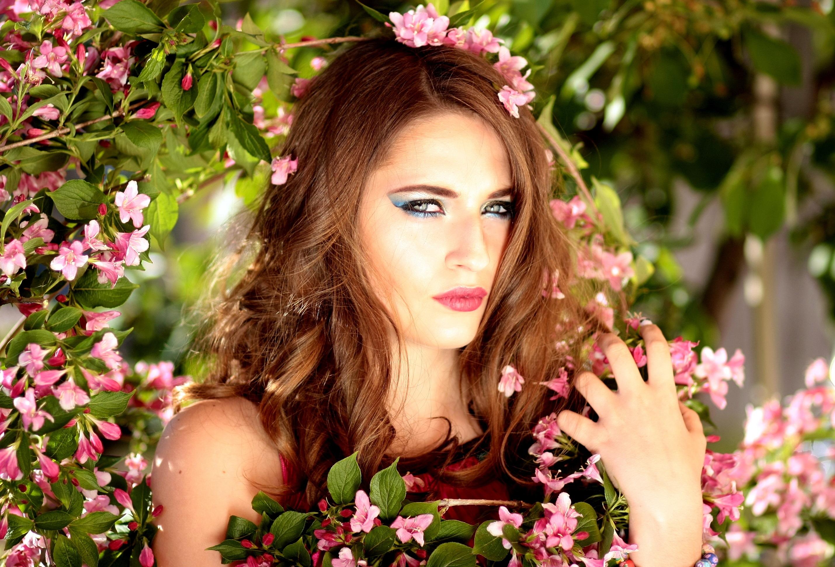 Девушка с цветами фотки