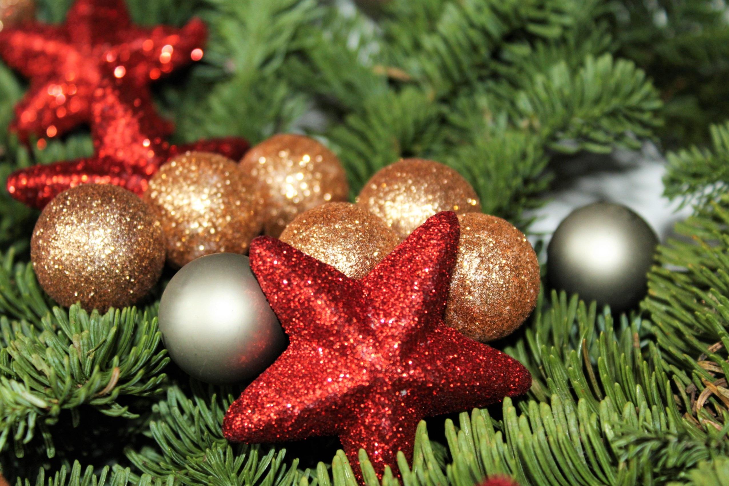 weihnachtsbaum rot silber gold europ ische weihnachtstraditionen. Black Bedroom Furniture Sets. Home Design Ideas