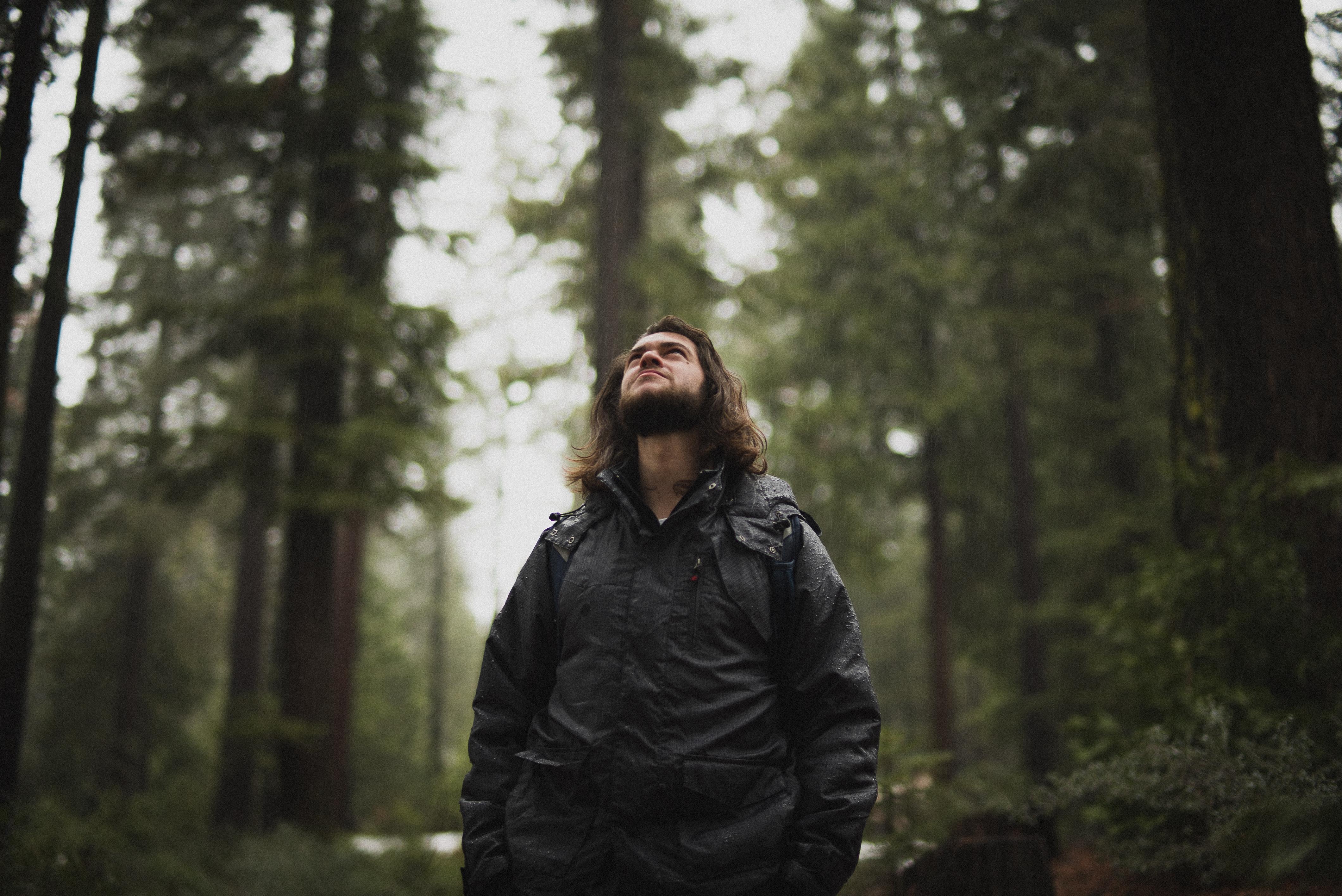 несложным мужчина в лесу картинки бугаев доволен