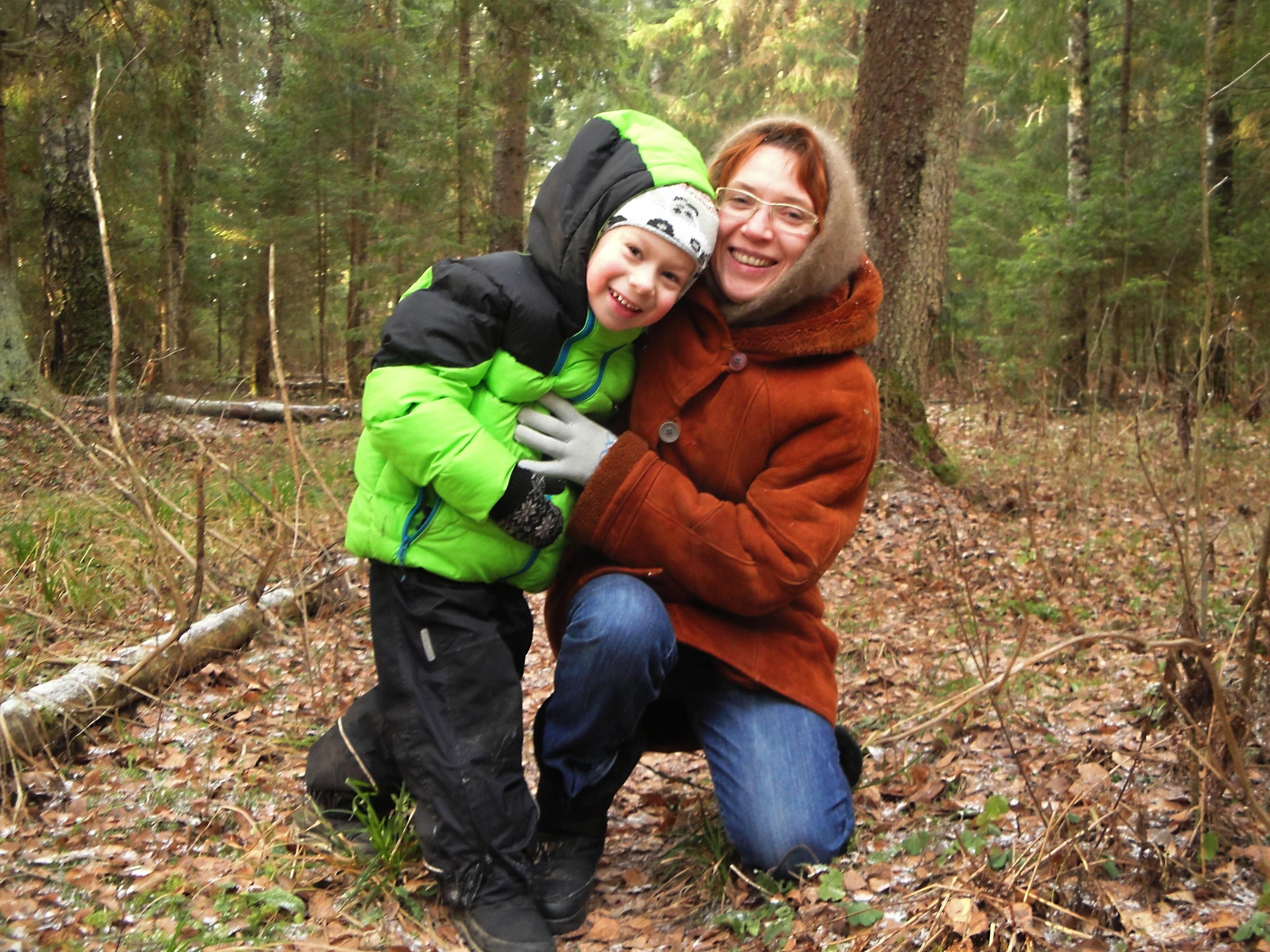 Большой член сына трахнул маму в лесу прям на земле