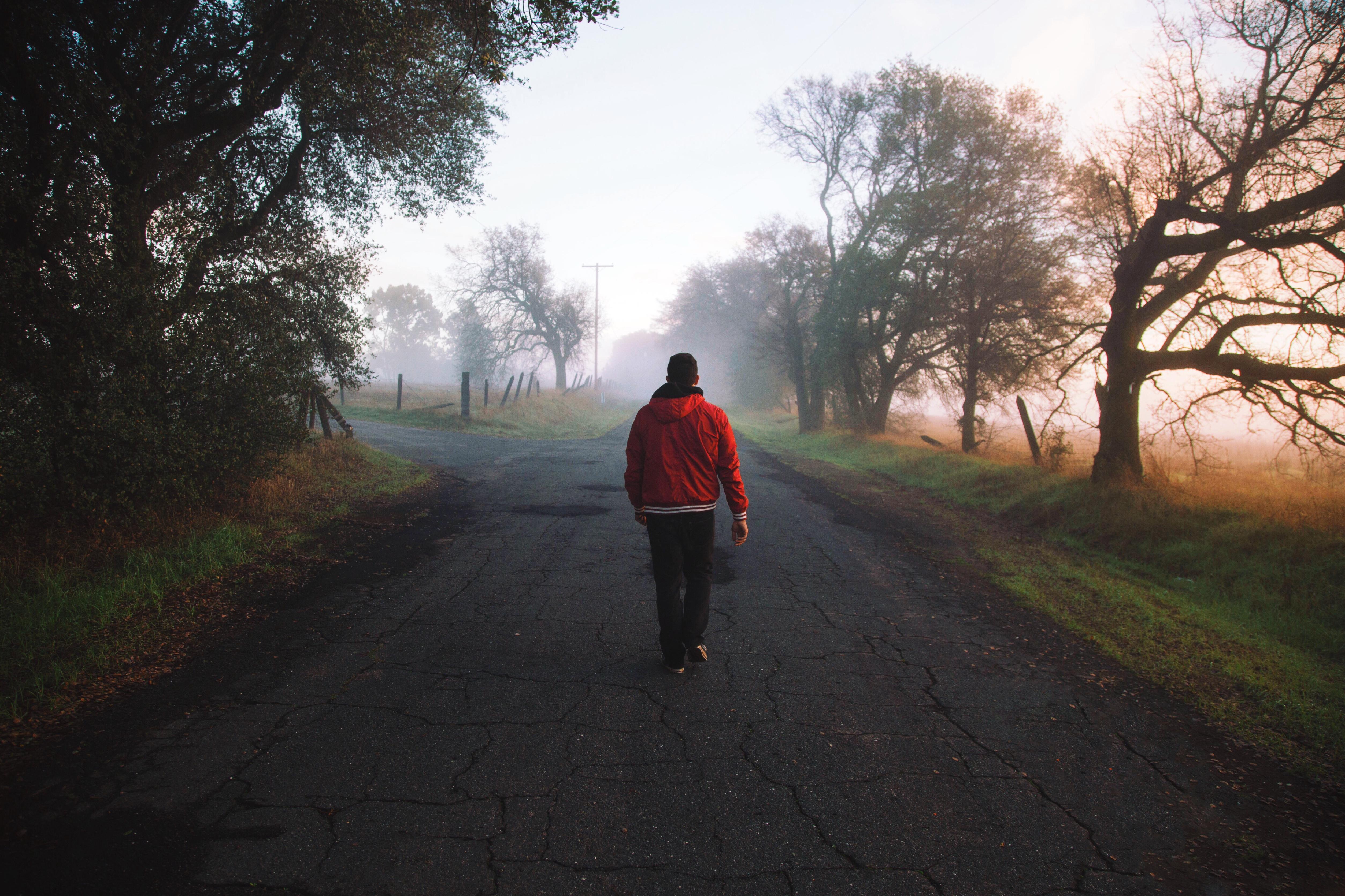 Мужчина идет по дороге картинка
