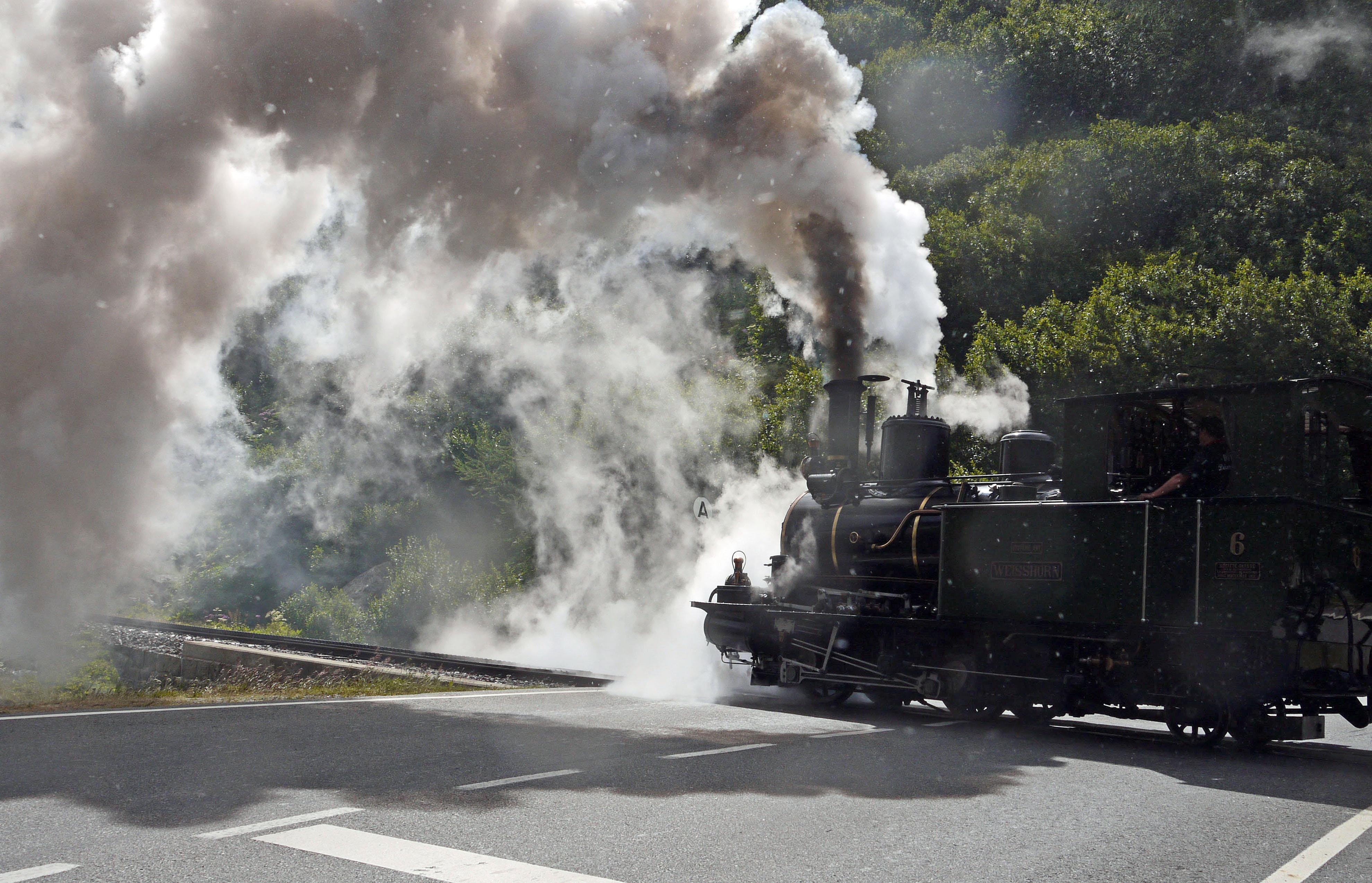 Gambar Pohon Menanam Jalur Kereta Api Melatih Merokok Aspal
