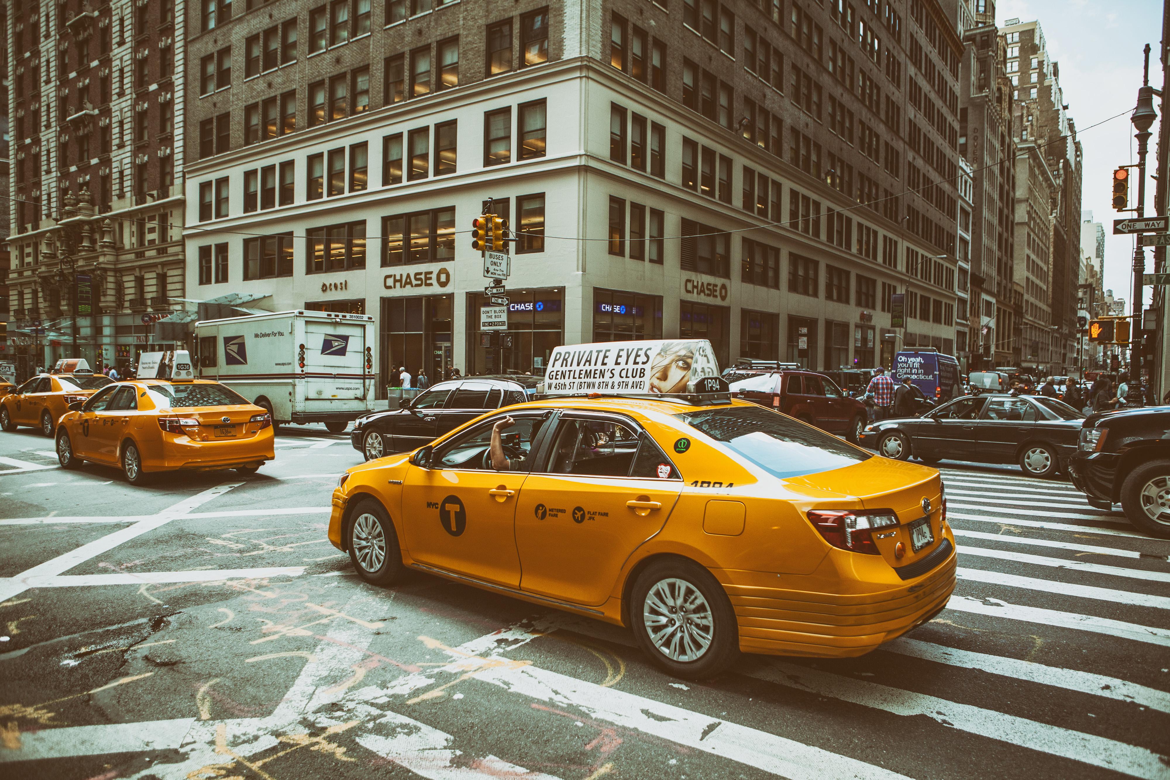 Такси в городе картинка