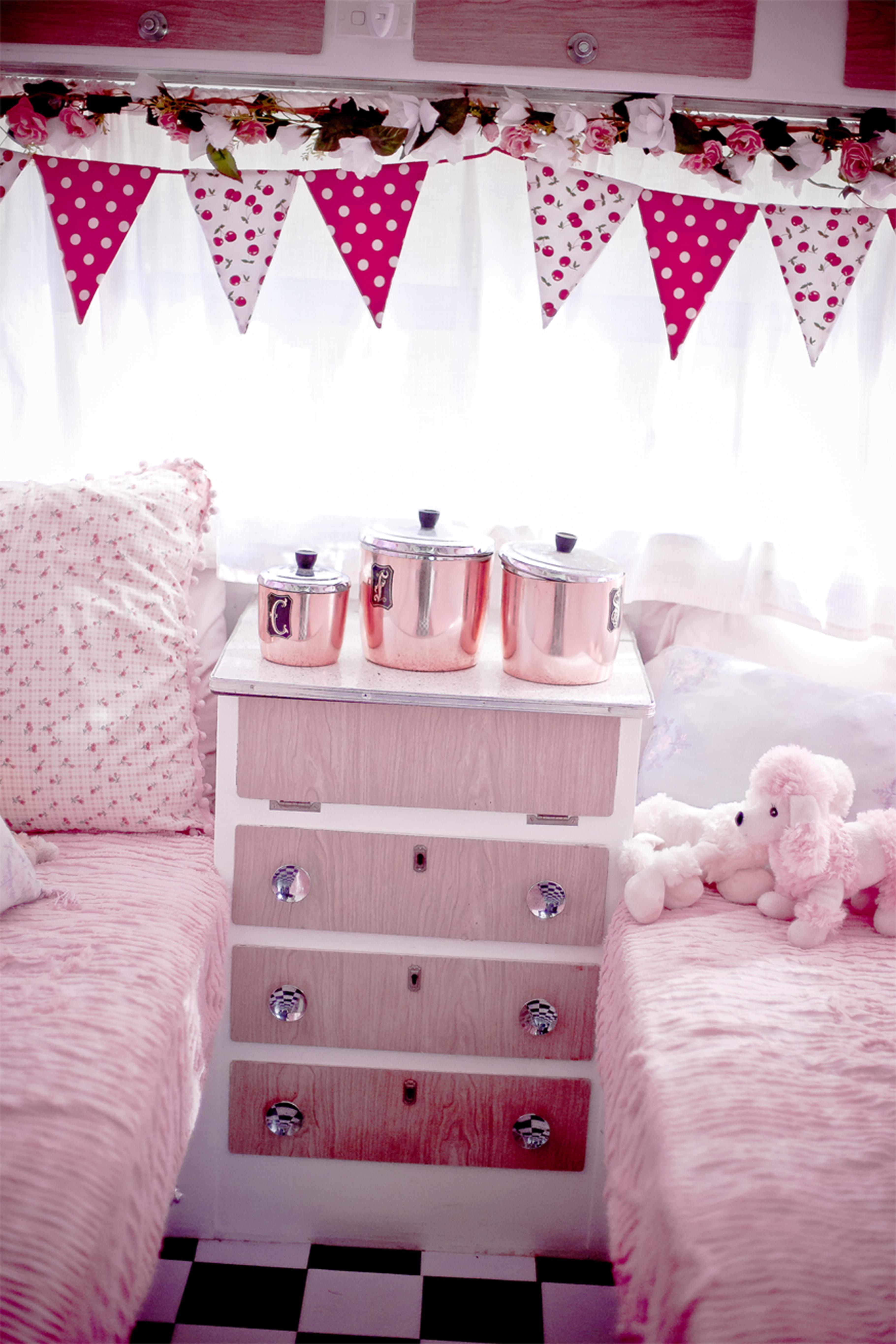 Fotos gratis : vendimia, rojo, dormido, mueble, habitación, rosado ...