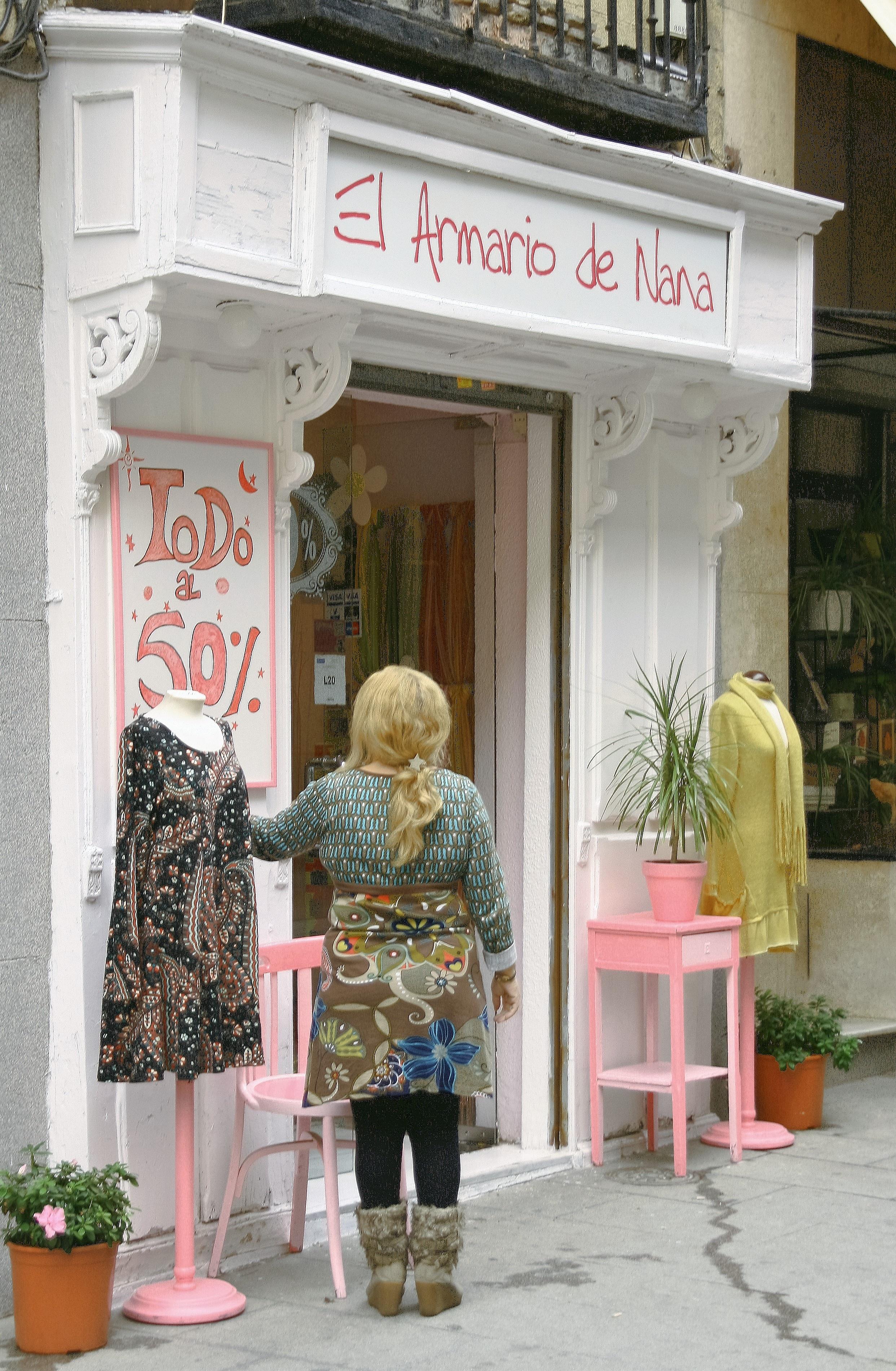 d137ad74f32 årgang by- Europa butik forretning tøj handle ind boutique madrid detail  udstillingsvindue