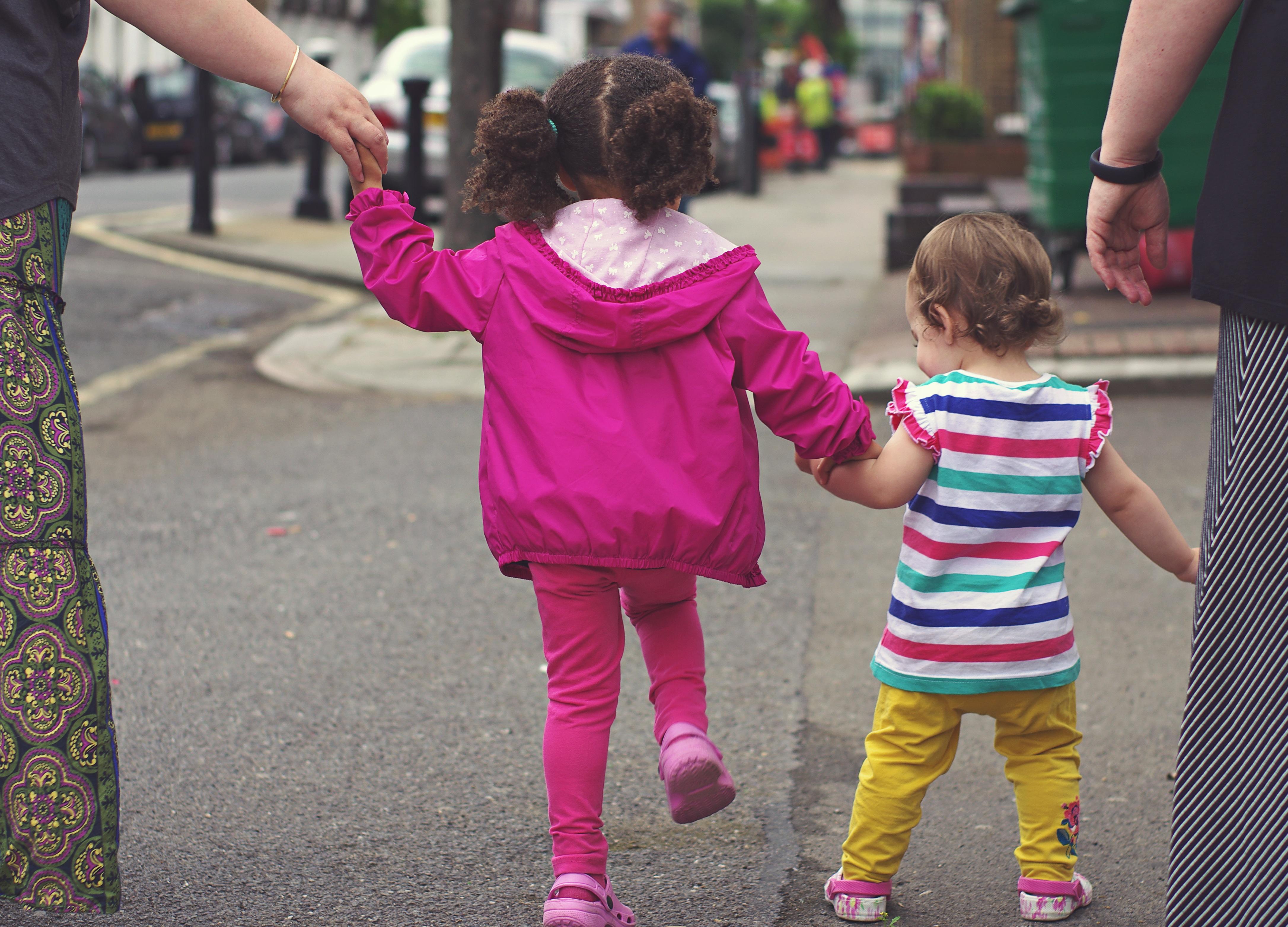 Fotos Gratis Para Caminar Persona Gente Nina Calle Jugar
