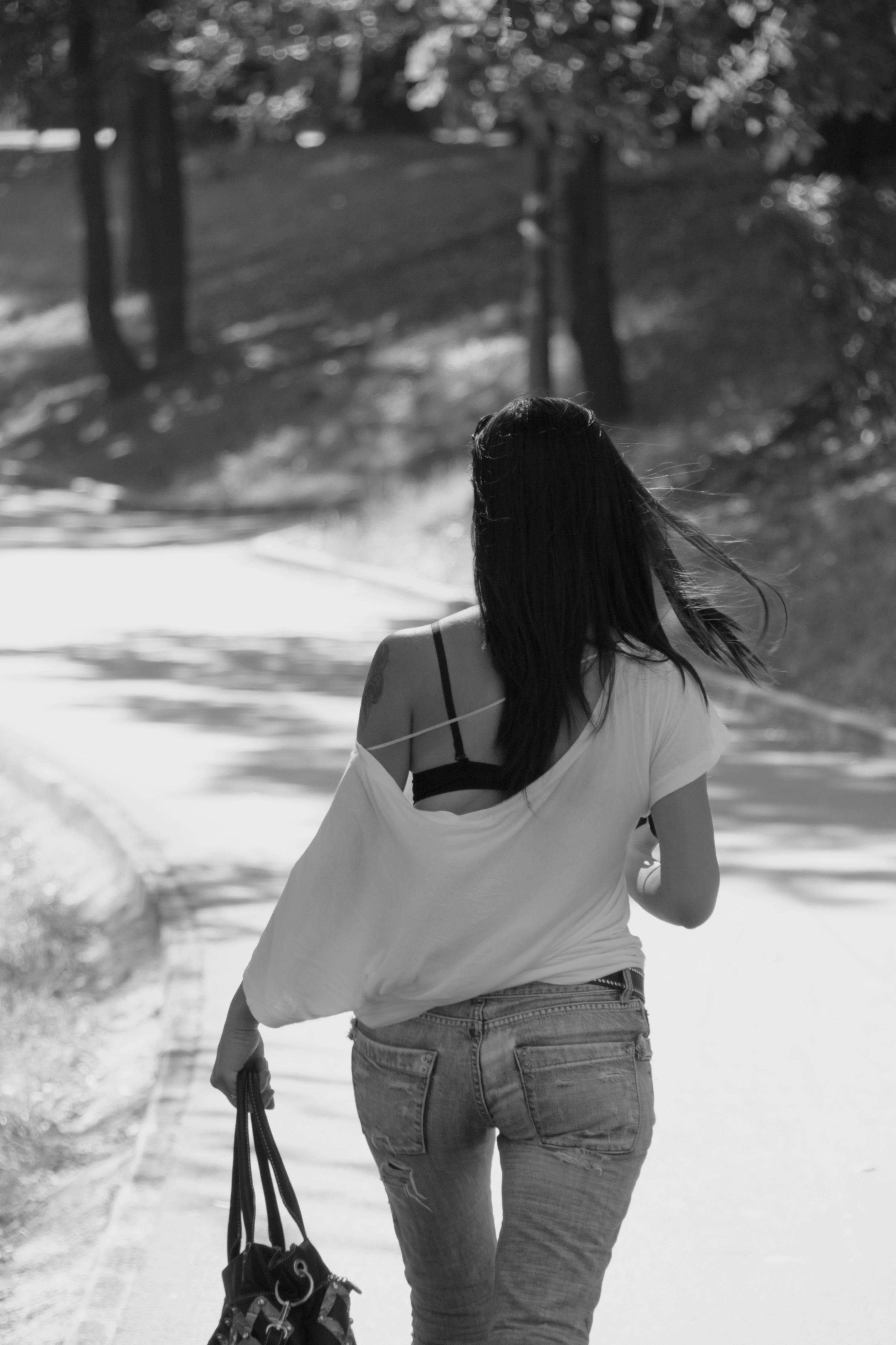 Fotos de mujeres de espalda en blanco y negro