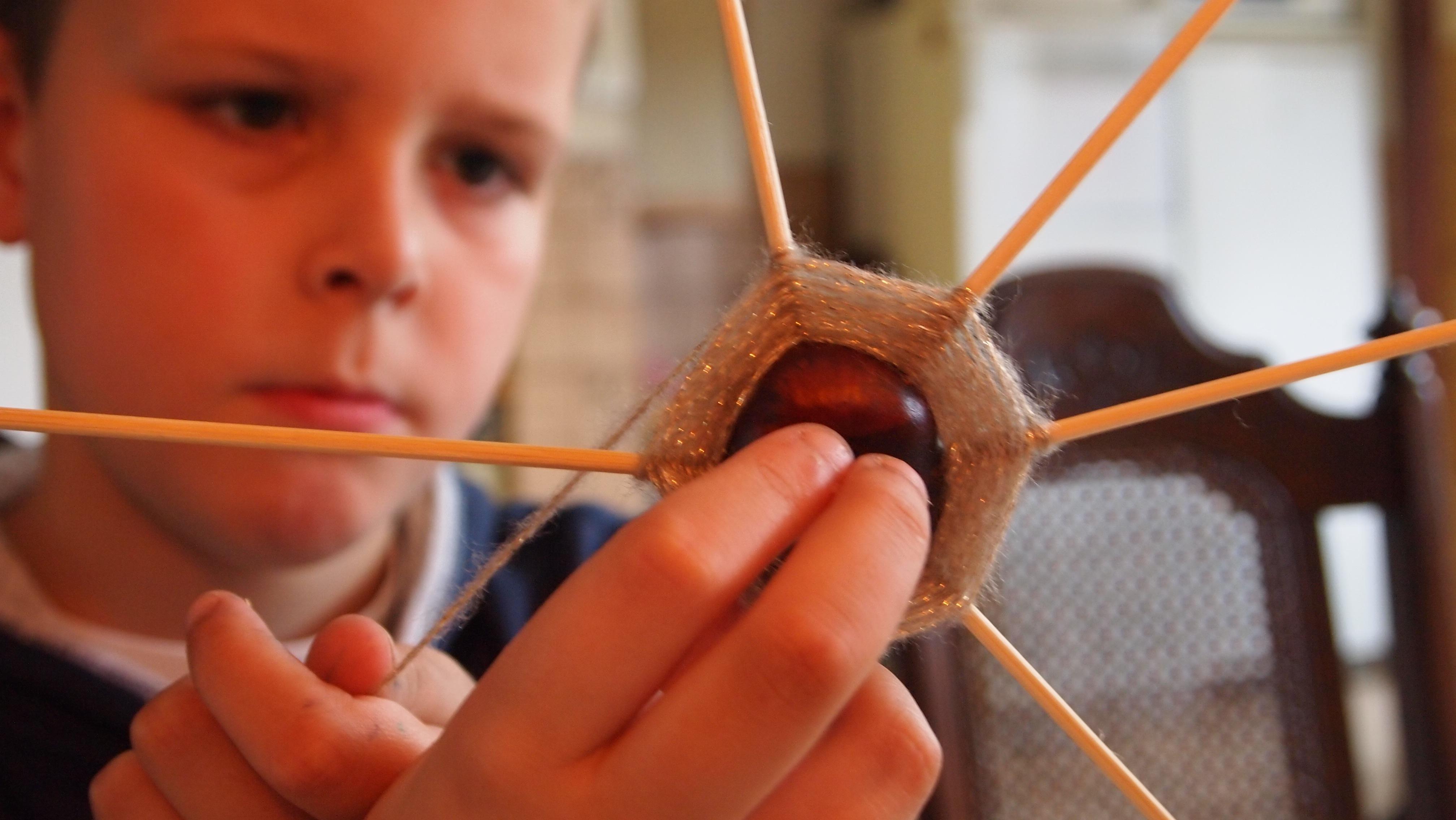 Bildet : se, hånd, gutt, høst, barn, stue, rom, årstid, musikk ...