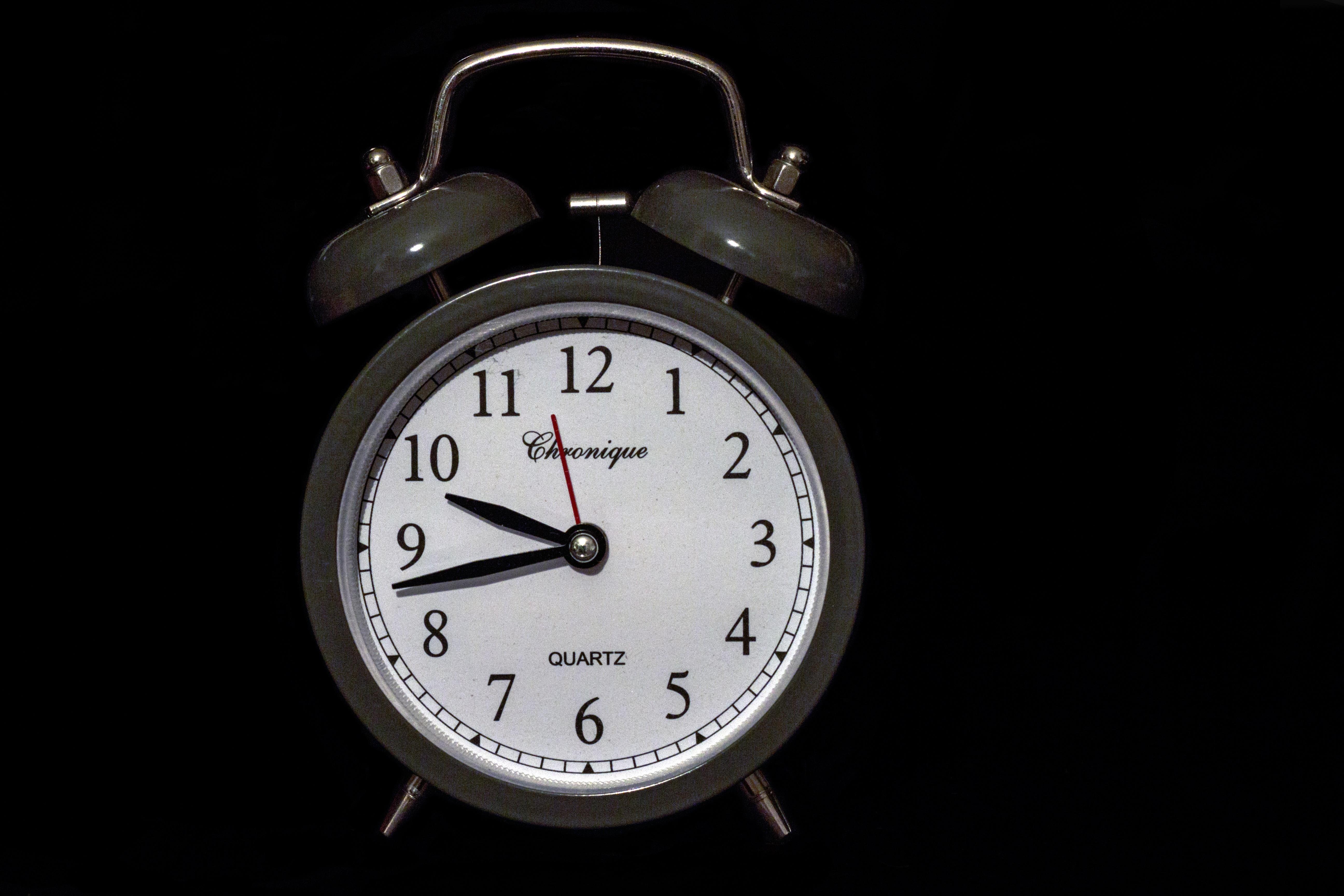 одинаково хорошо картинка часов на черном фоне помощью