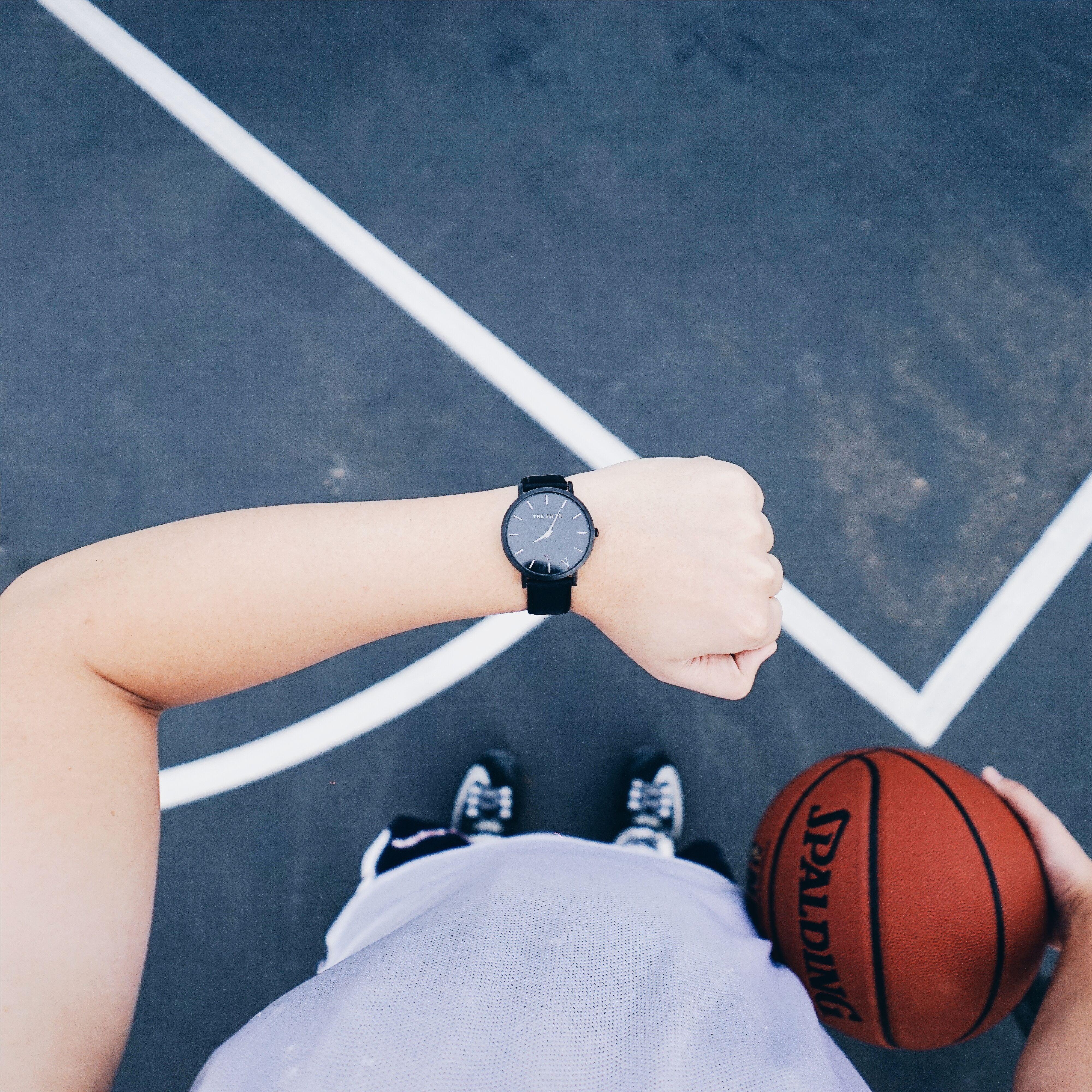 2795e5982 Bildet : se, hånd, hvit, bein, basketball, blå, klær, væpne ...