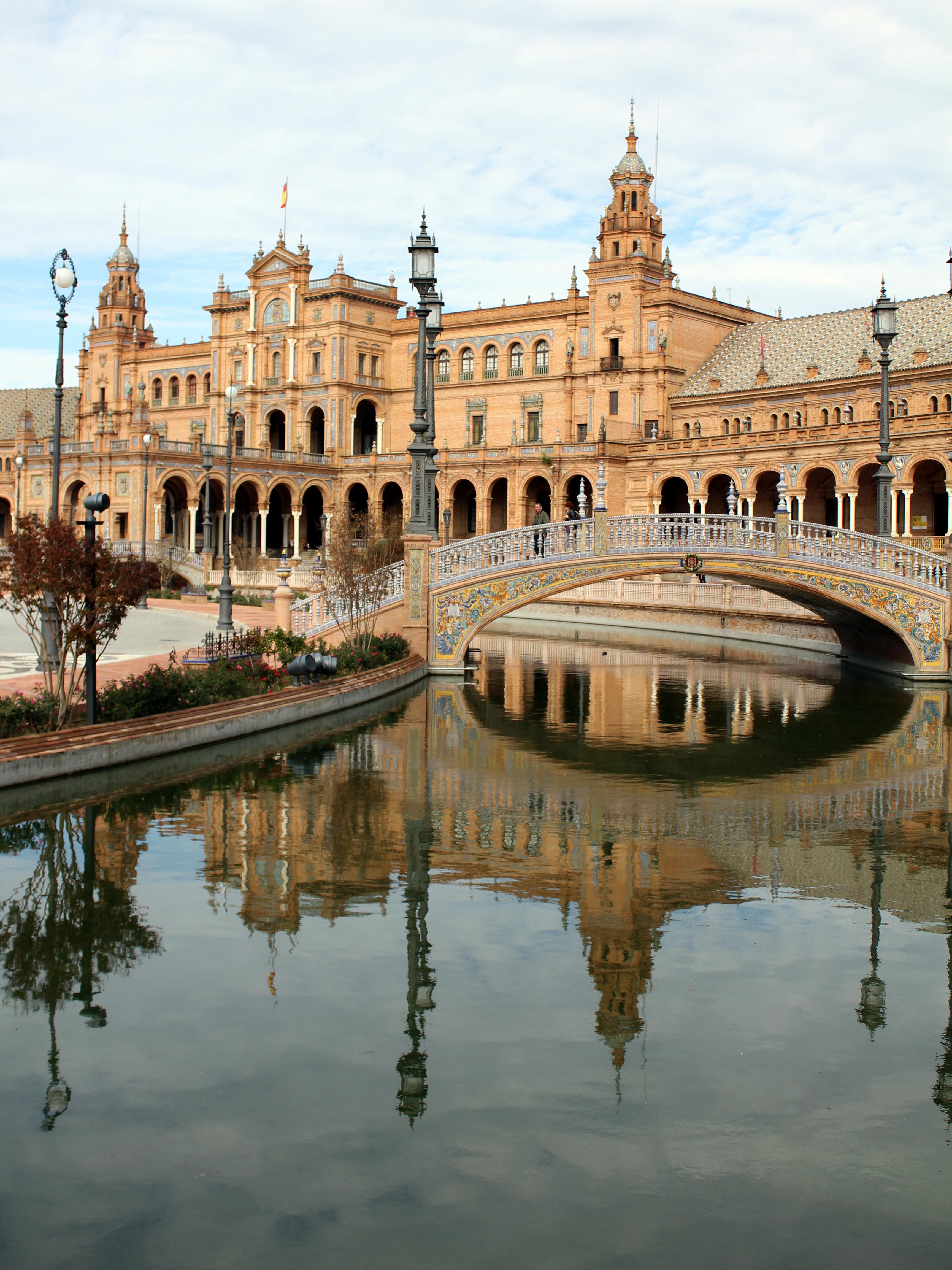 Fotos gratis agua arquitectura palacio r o reflexi n for Arquitectura sevilla
