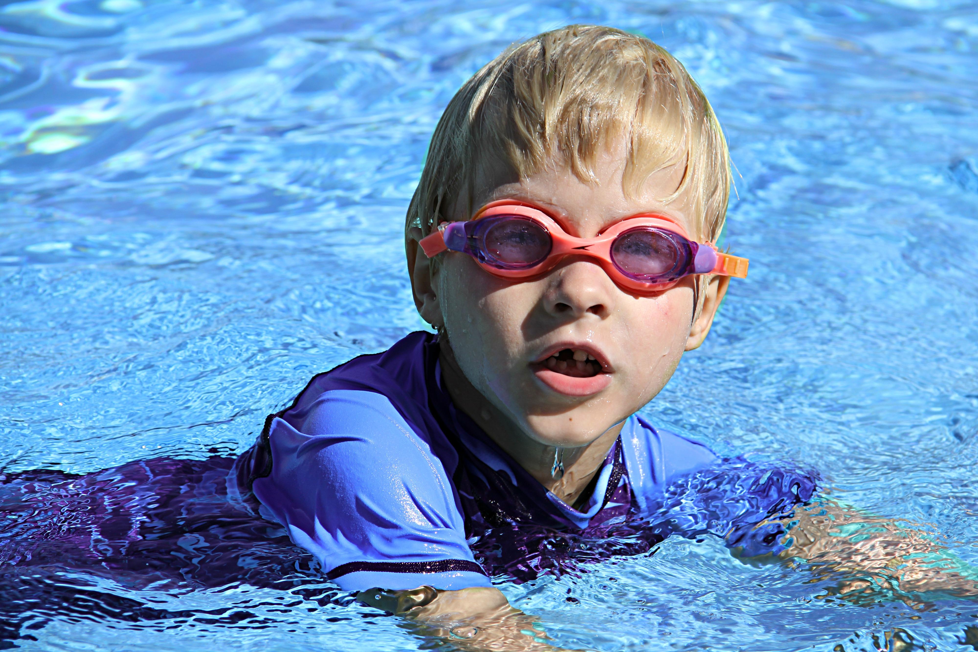 Fotos gratis agua chico piscina submarino nadando for Piscina gratuita
