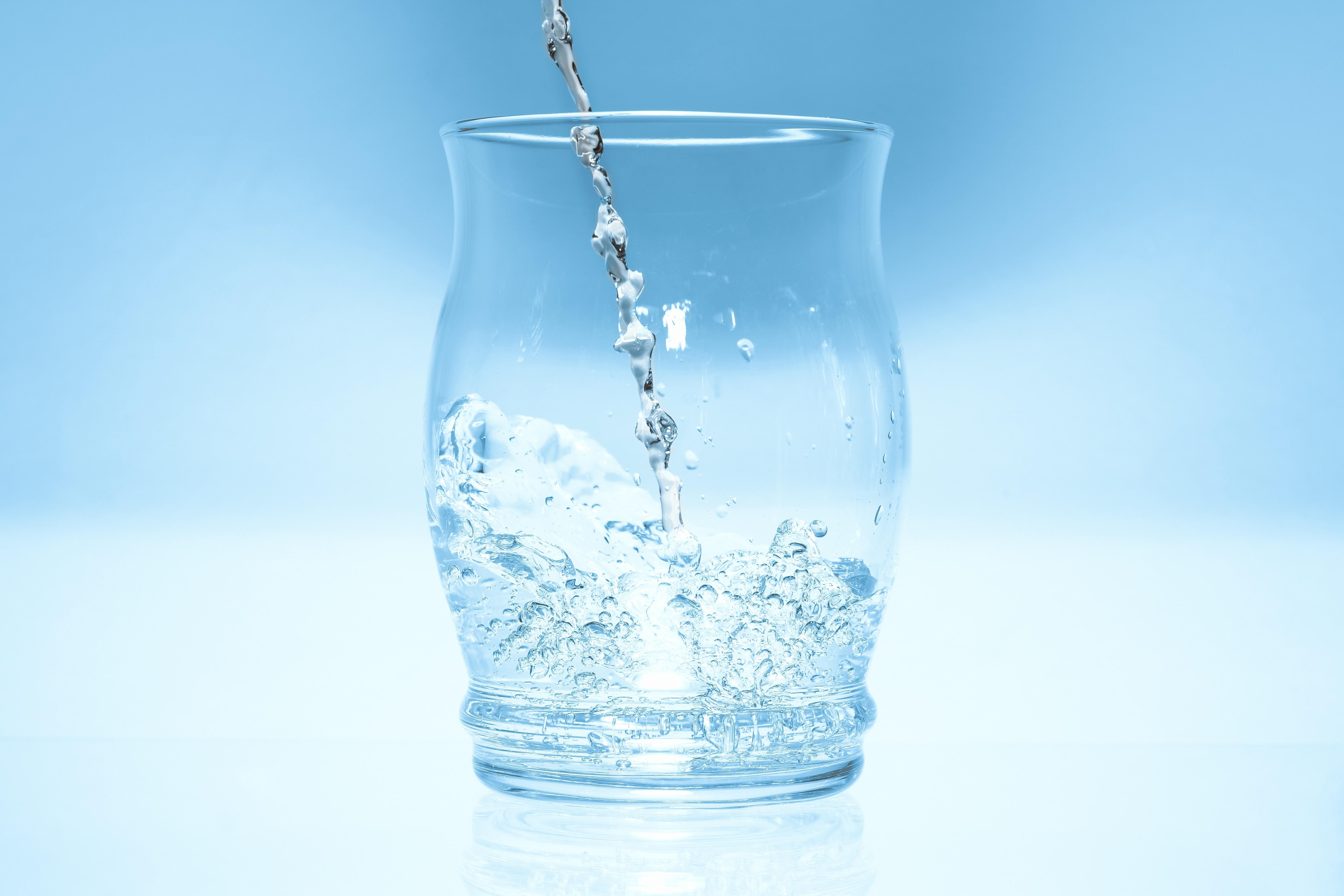 kostenlose foto wasser glas flasche blau glasflasche mineralwasser spiegelung. Black Bedroom Furniture Sets. Home Design Ideas