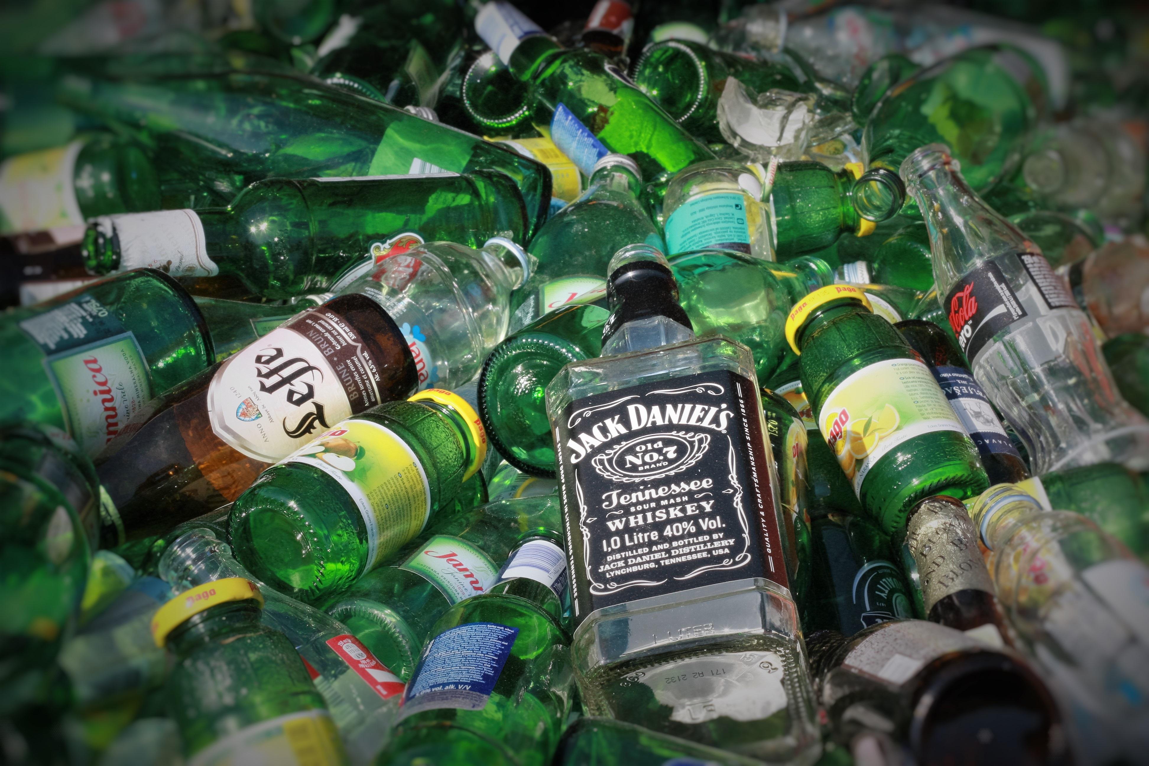 картинка стеклянная бутылка мусор первую очередь они