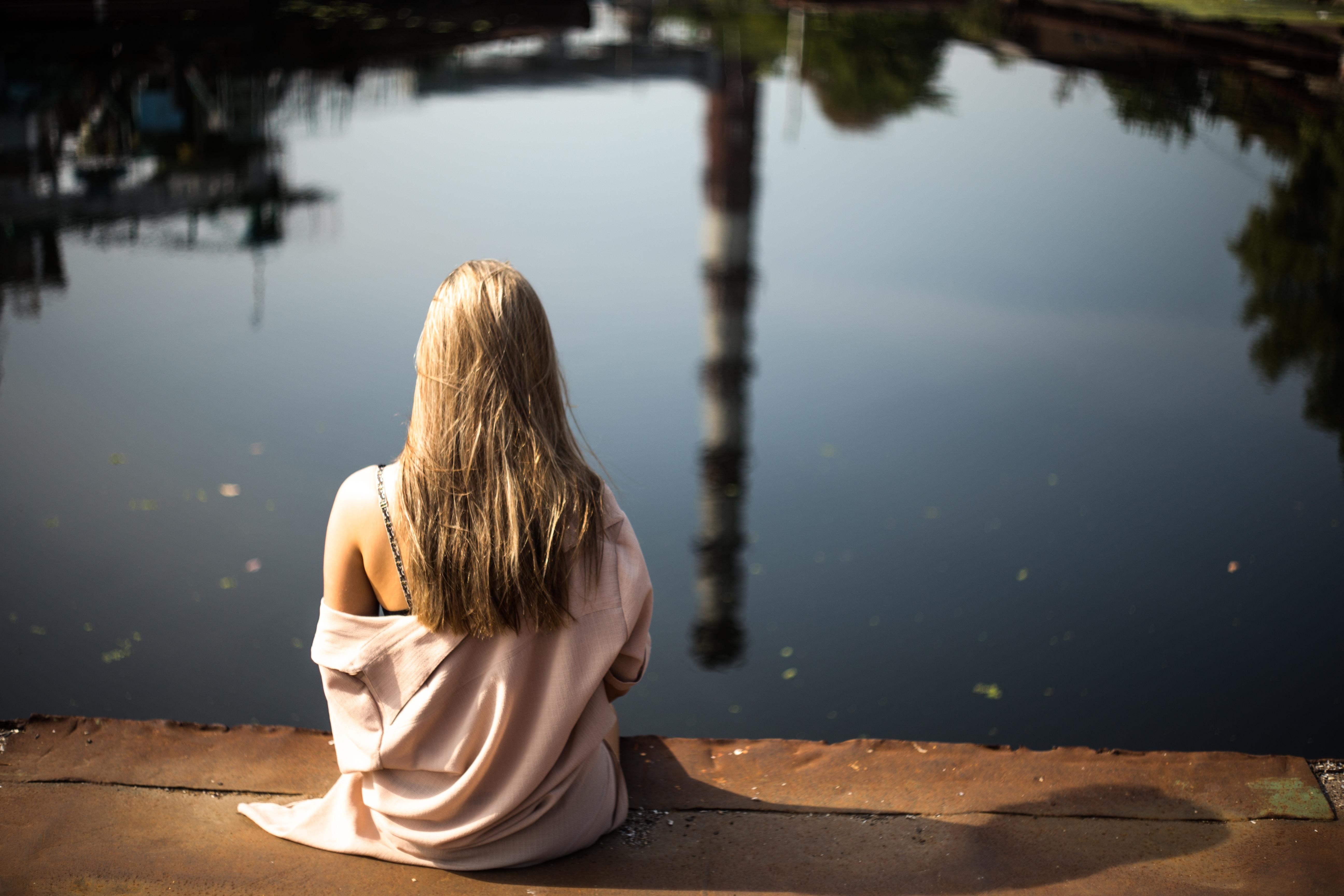 Картинки девушки со спины у воды