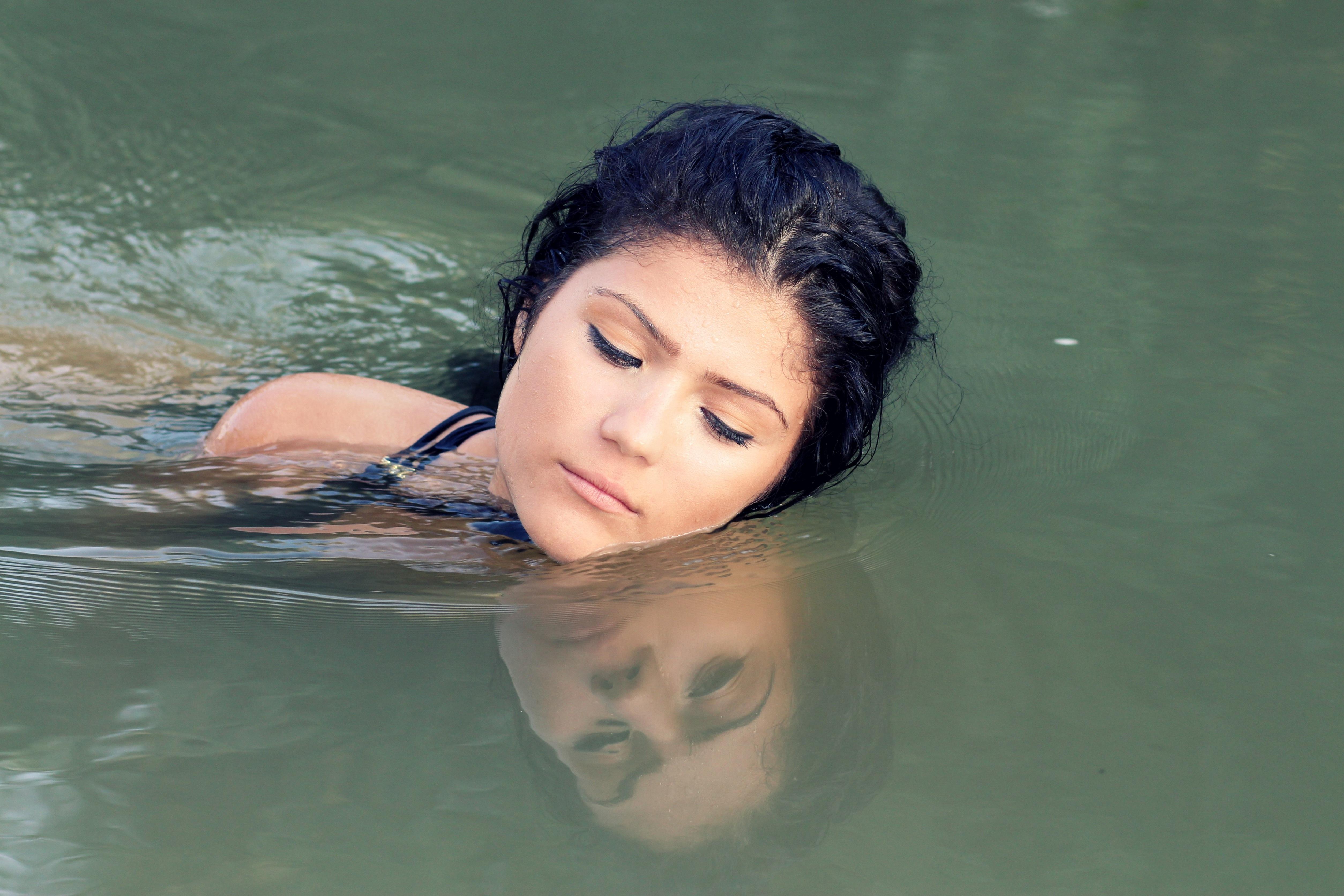 Картинка купающейся девушки брюнетка